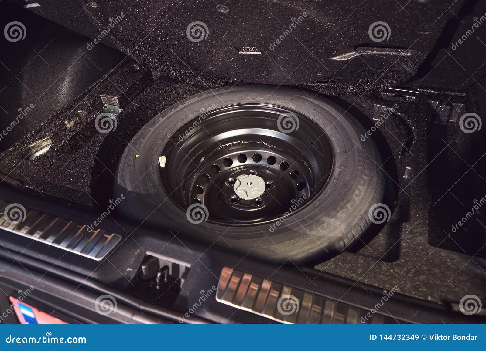 Vinnitsa, Ukraine - 4 avril 2019 Renault Kadjar - nouvelle pr?sentation de voiture mod?le dans la salle d exposition - roue de se