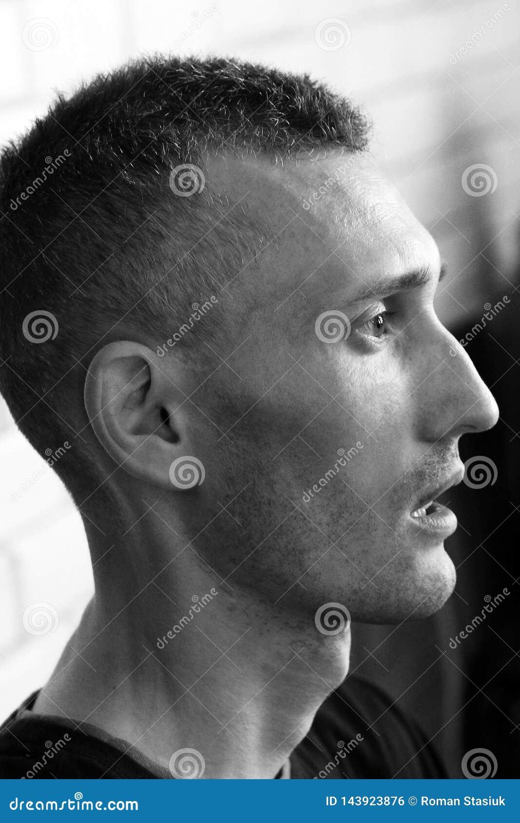 Vinnitsa, Ukraine - 5 mars 2018 : Profil du visage de l homme L homme dans le profil pense à l avenir
