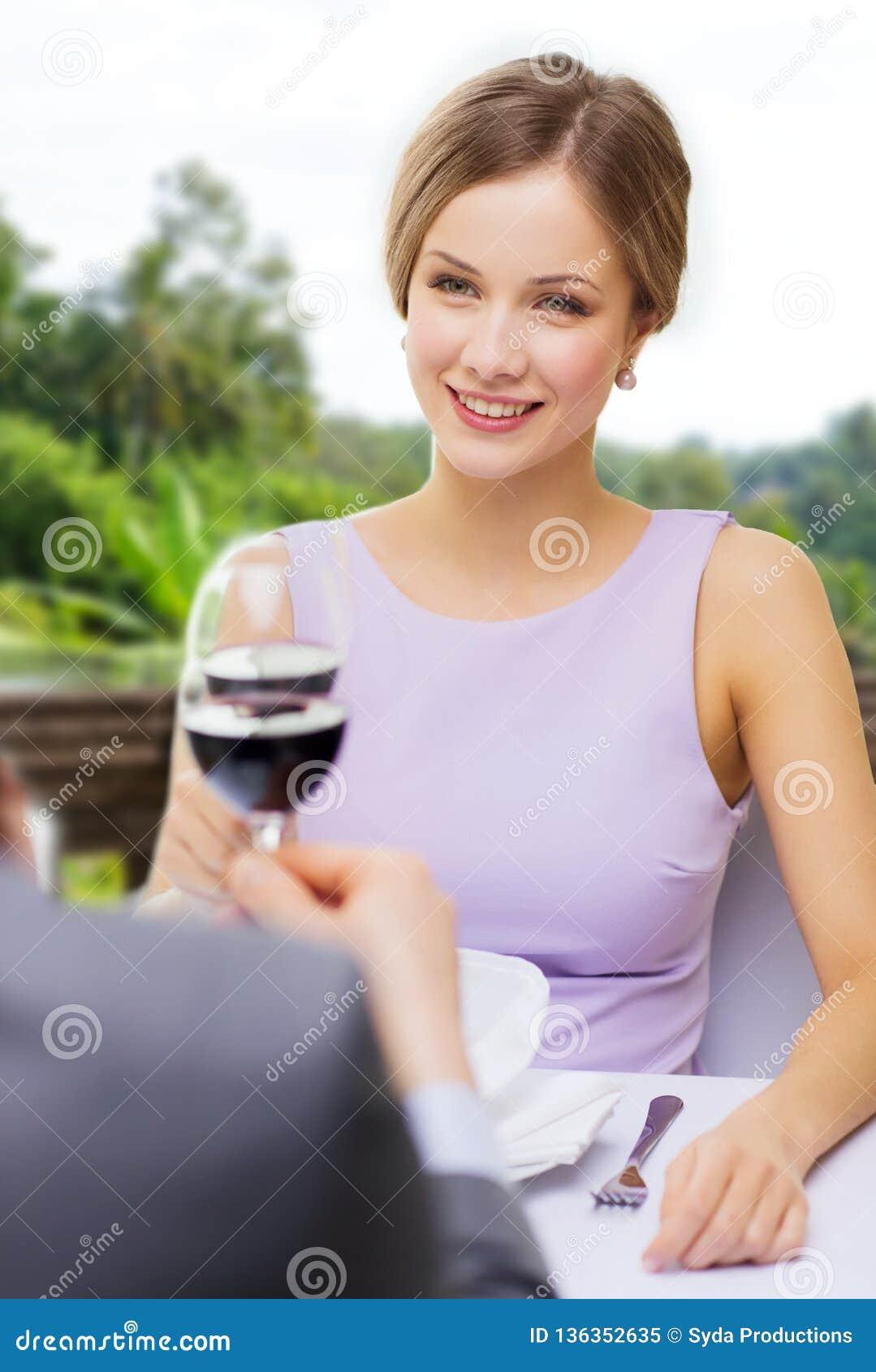 Vino bevente della donna con il suo uomo al ristorante