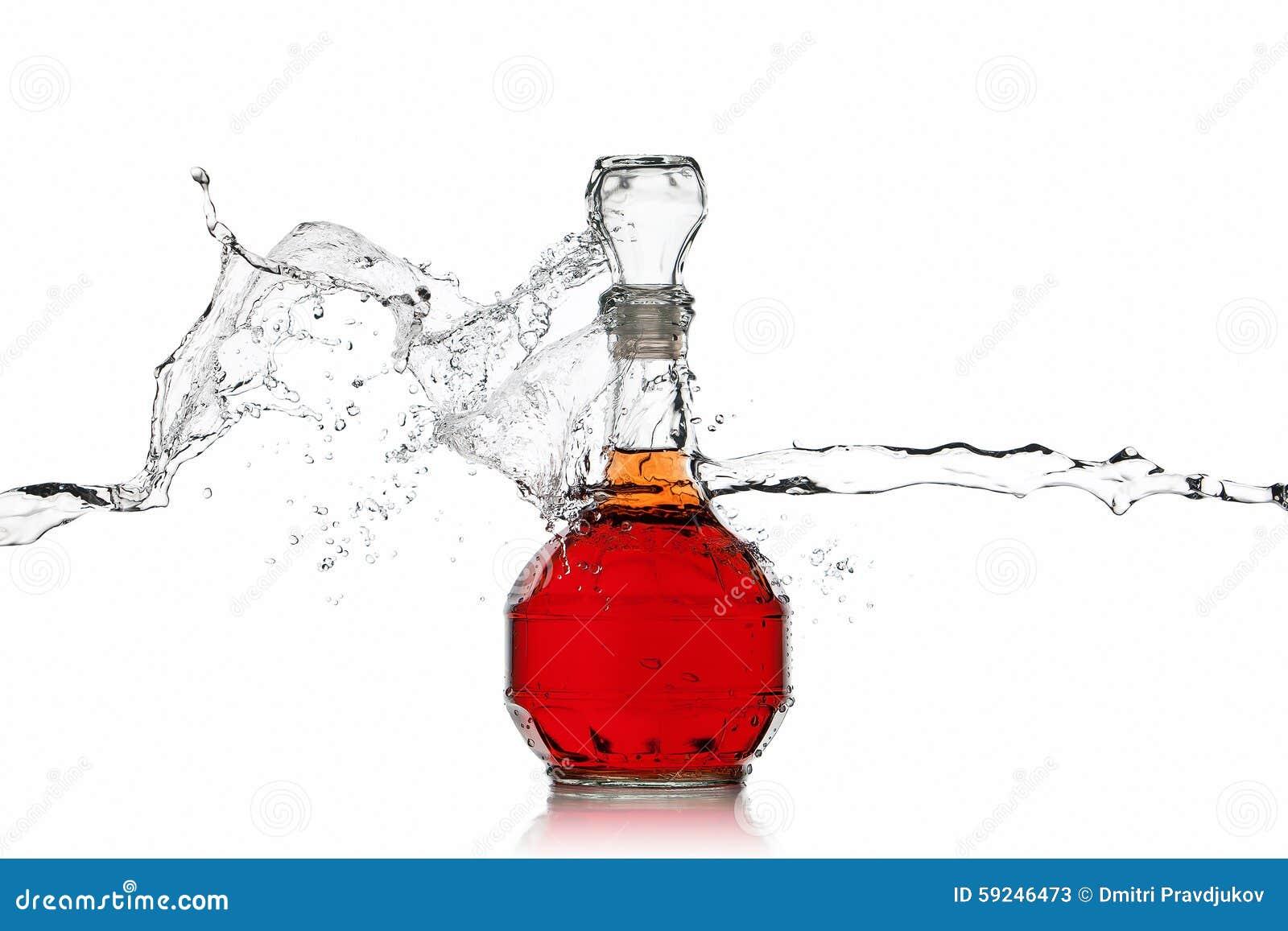 Vino Botella de vino rojo con el chapoteo del agua en el fondo blanco