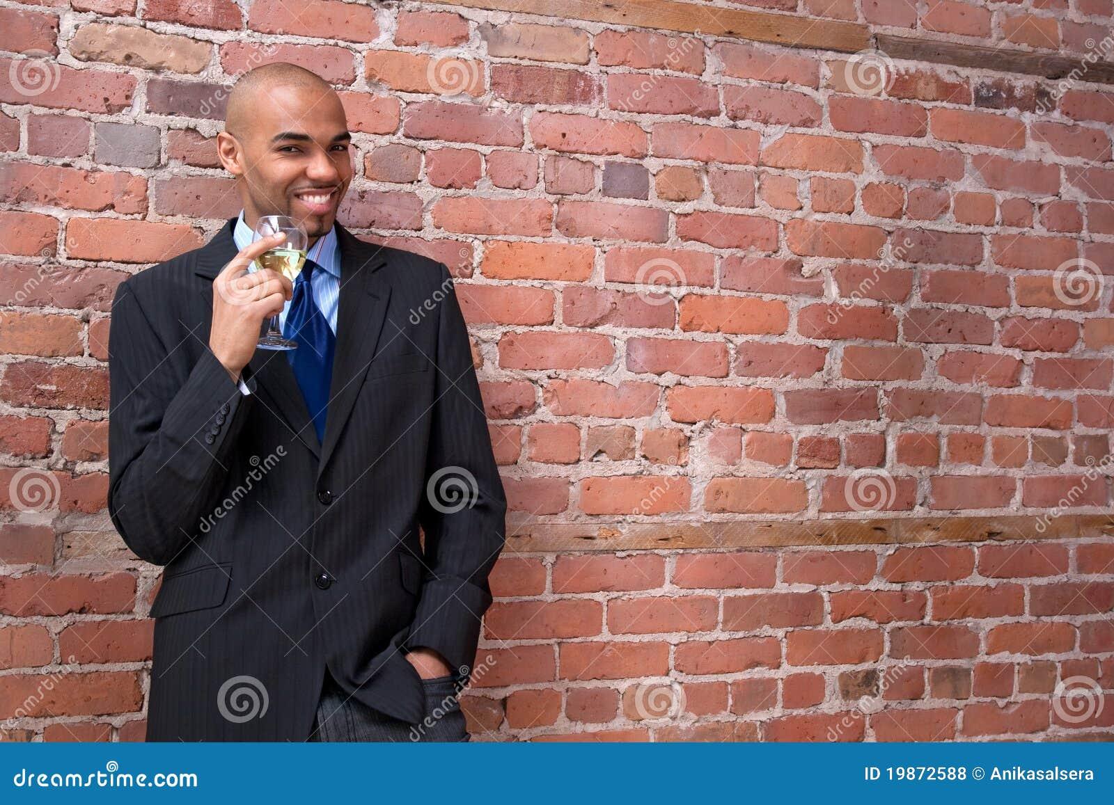 Vino de consumición joven y sonrisa del hombre de negocios