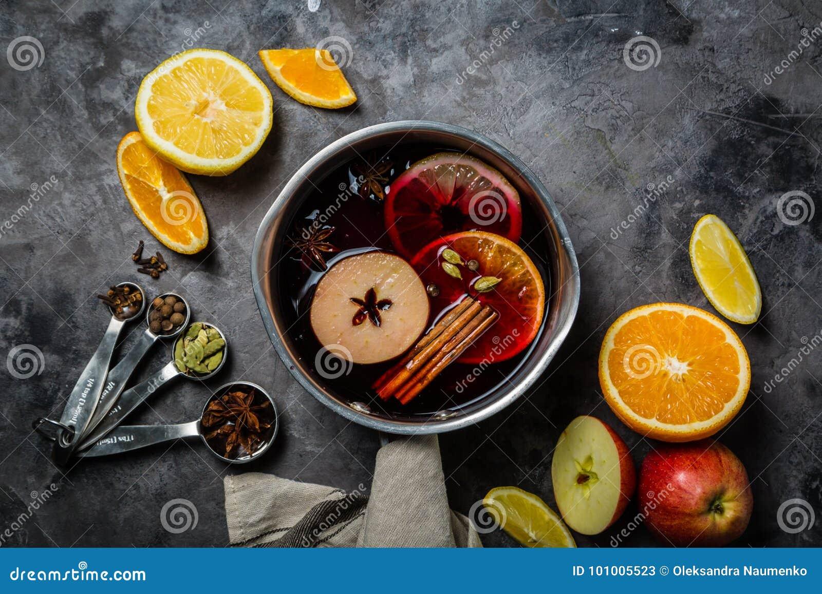 Vino e ingredientes reflexionados sobre