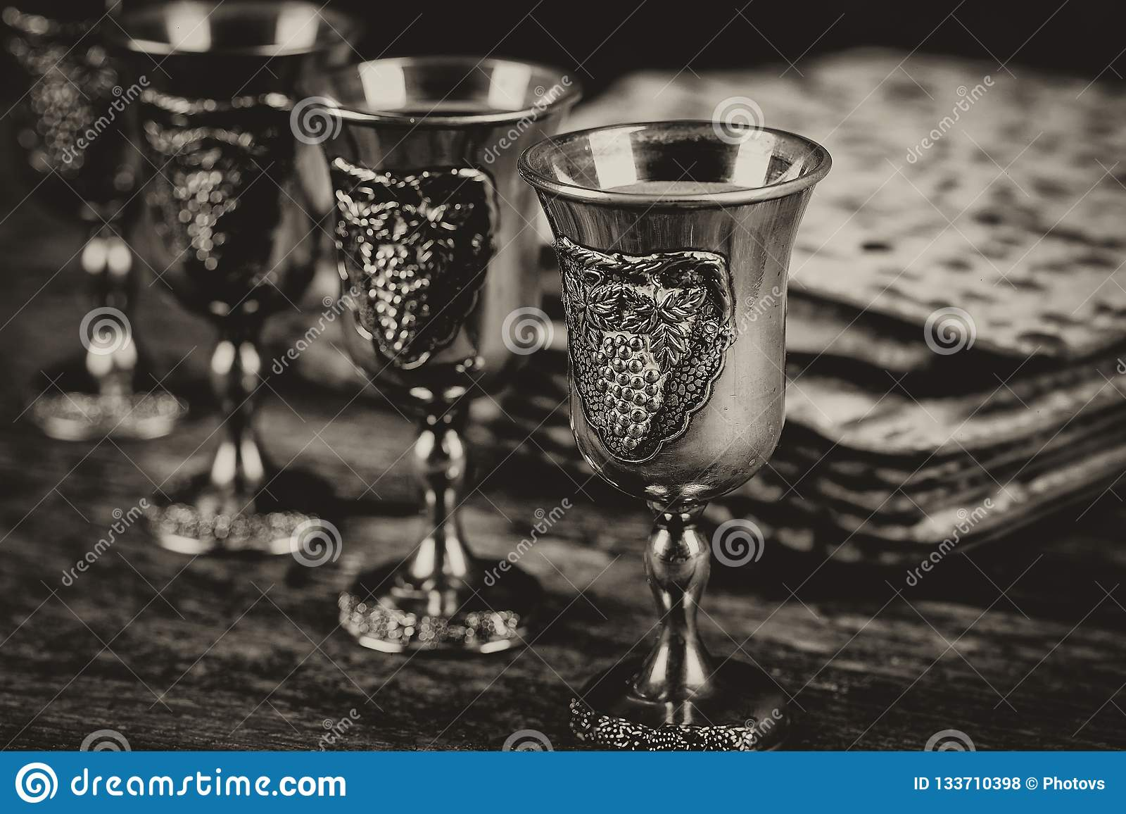 Vino kosher rojo cuatro del Haggadah del matzah o de la pascua judía del matza en un fondo de madera del vintage