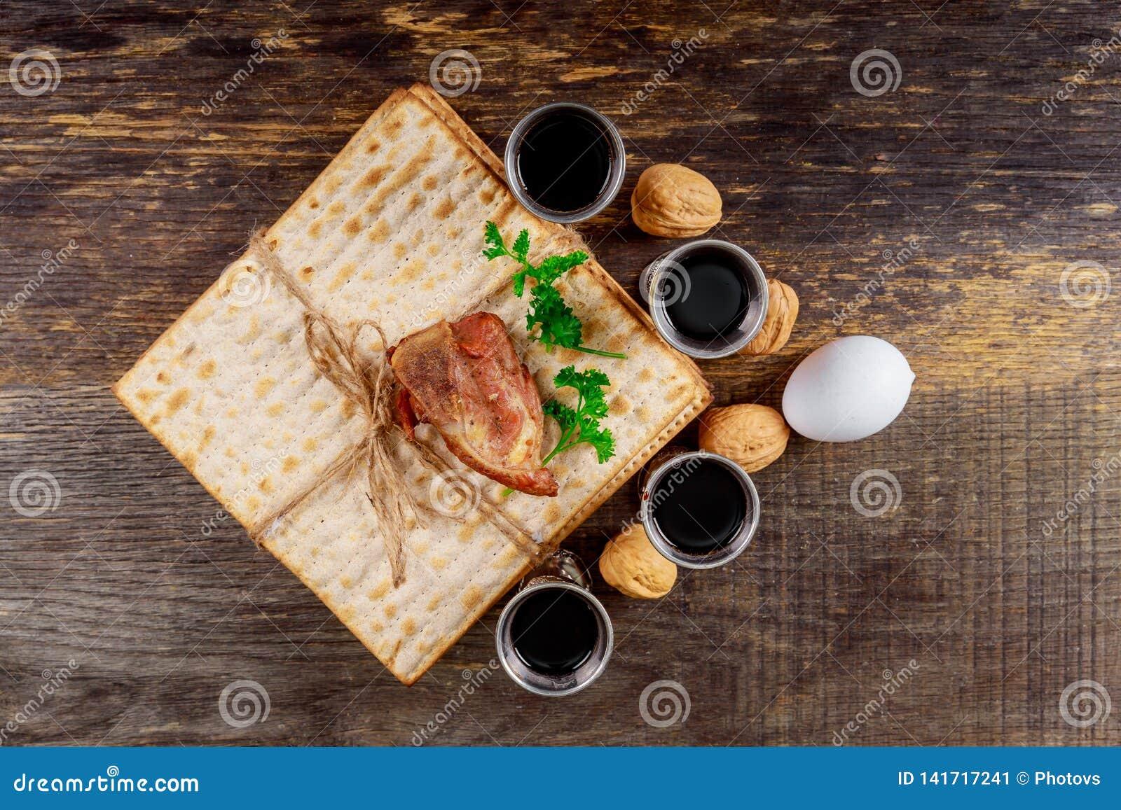 Vino kosher rojo cuatro del Haggadah del matzah o de la pascua judía del matza