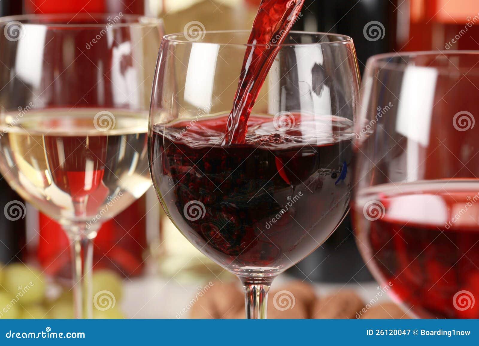 Vino que vierte en un vidrio de vino