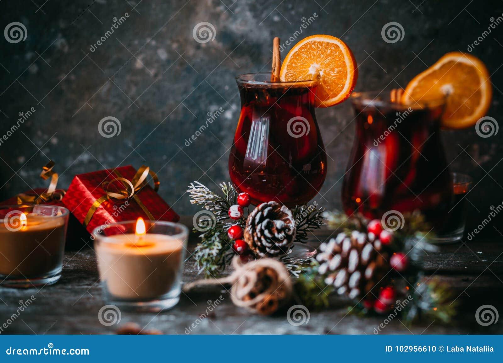Vino reflexionado sobre caliente de la Navidad