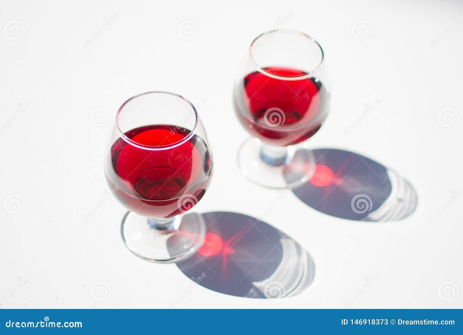 Vino rojo de colada en un vidrio