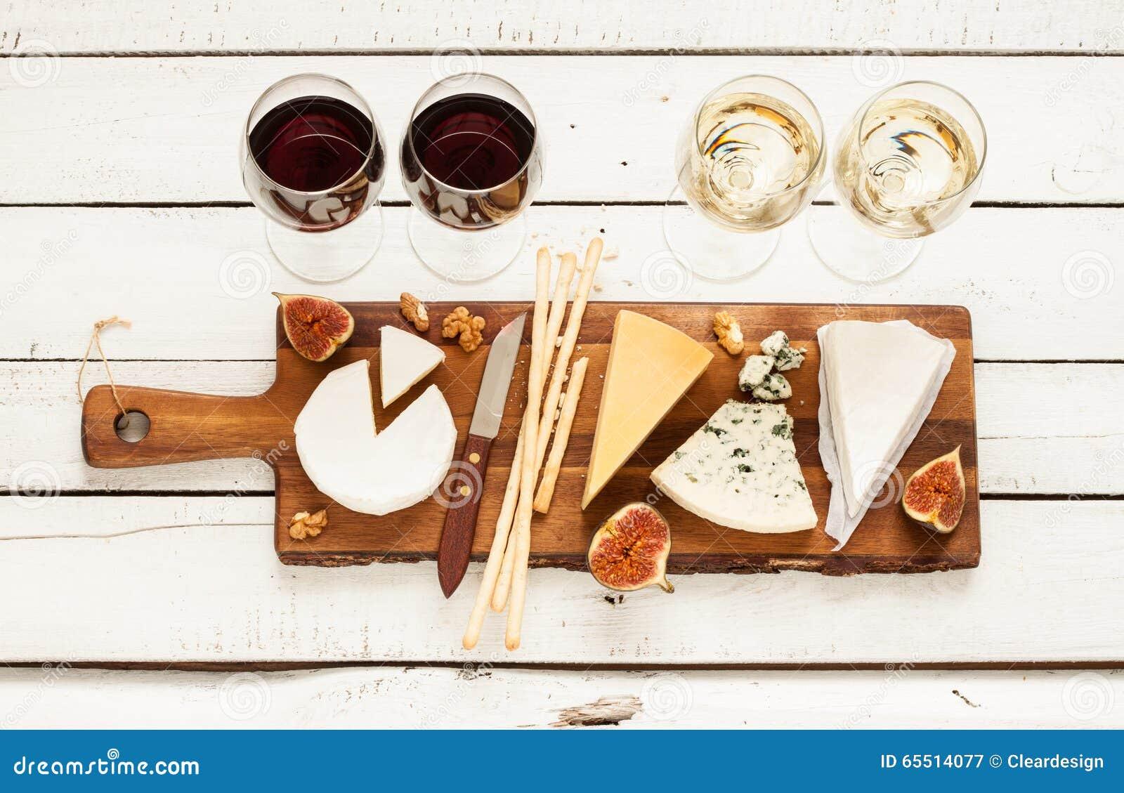 Vino rosso e bianco più i generi differenti di formaggi (cheeseboard)