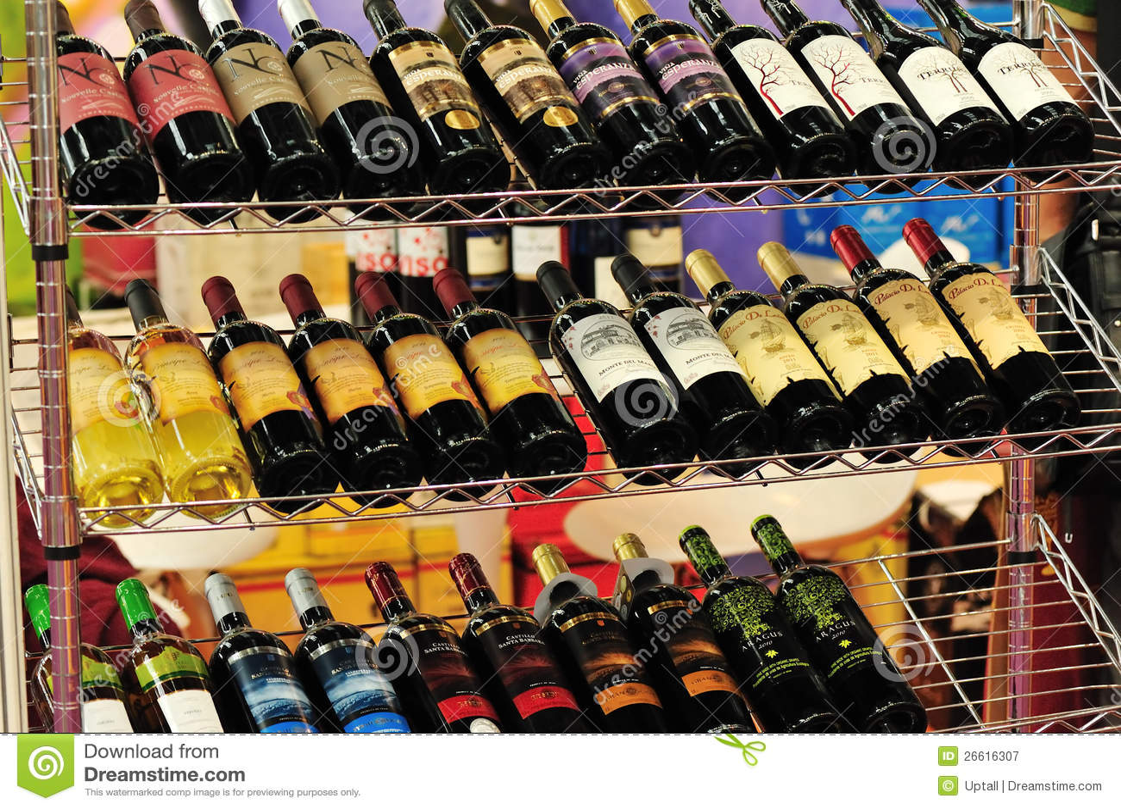 Vins rouges mis en bouteille sur l 39 tag re photographie ditorial image 26616307 for Etagere bouteille le havre