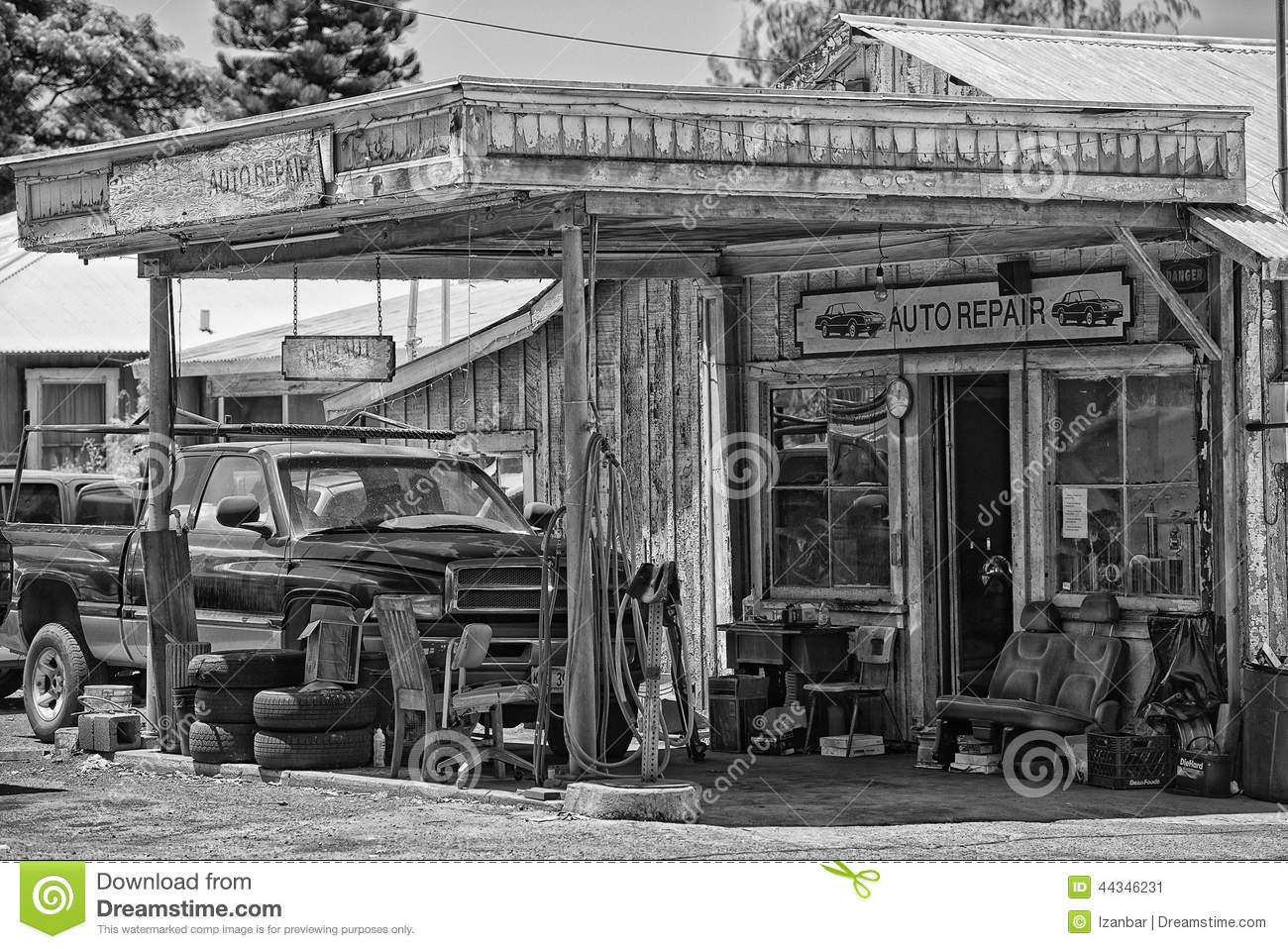 Vintage Auto Repair Wooden Building Editorial Photo - Image of route ...