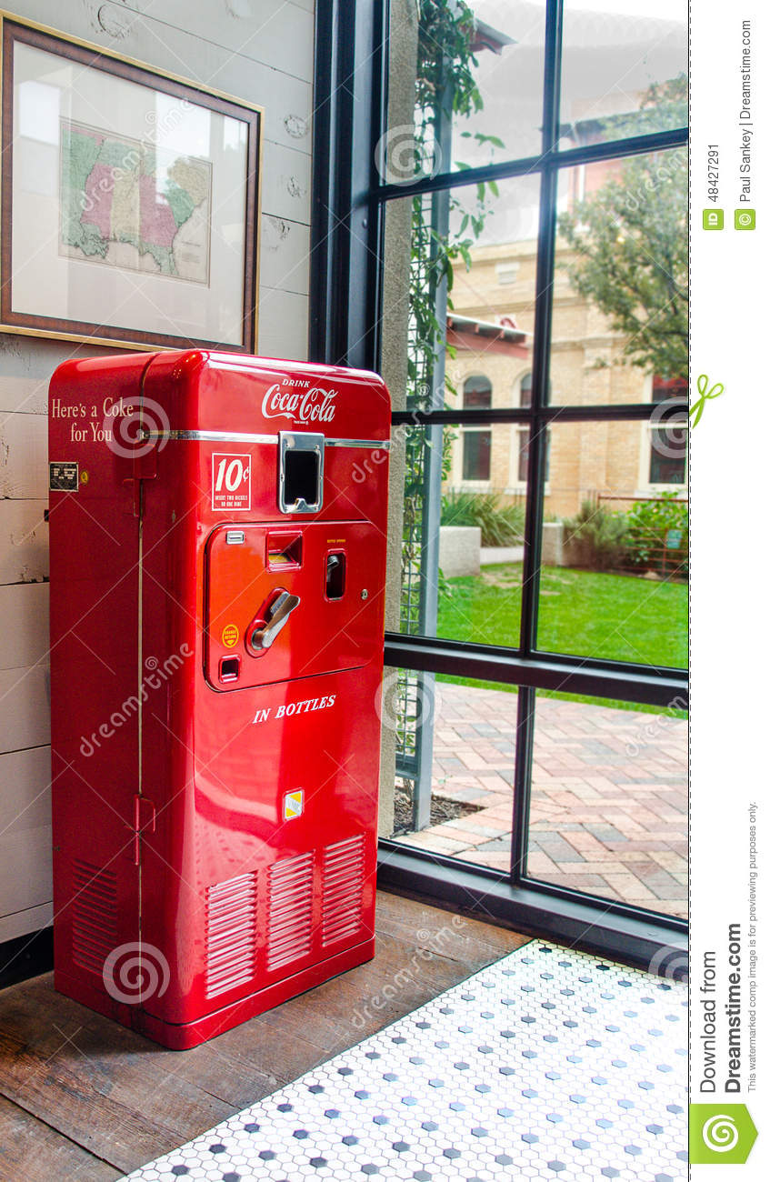 Vintage Coca-Cola Vending Machine Editorial Photo - Image ...