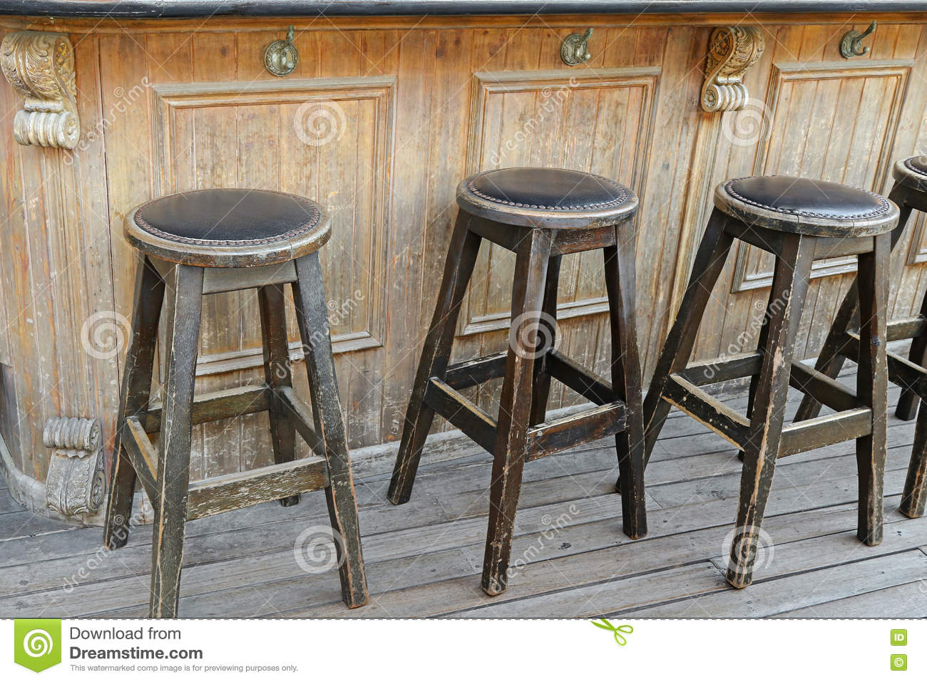 vintage et tabourets de bar en bois rustiques sur le plancher en bois devant photo stock image. Black Bedroom Furniture Sets. Home Design Ideas