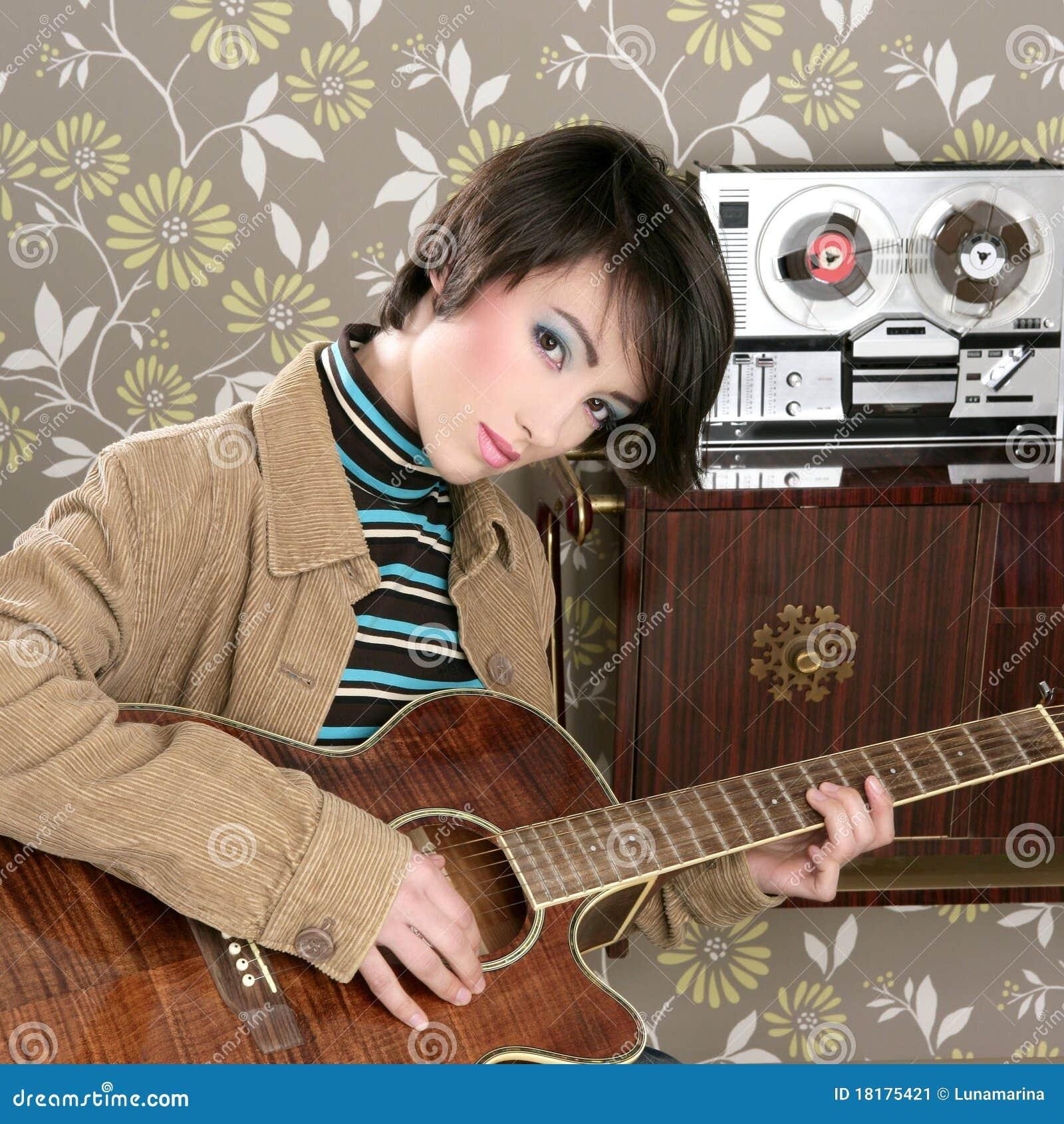 Vintage retro do jogador de guitarra do músico da mulher