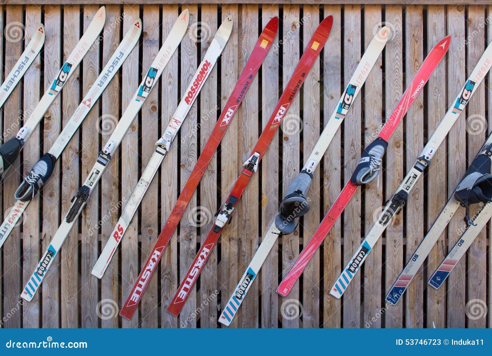 uk saatavuus myynti erilaisia värejä Vintage skis editorial stock photo. Image of karhu, skis ...