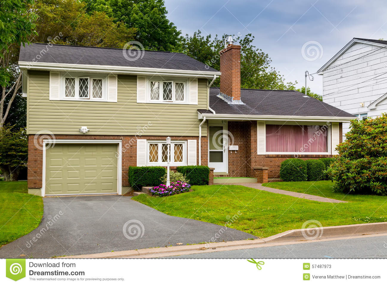 Vintage split level home stock photo image 57487973 for How to level a house