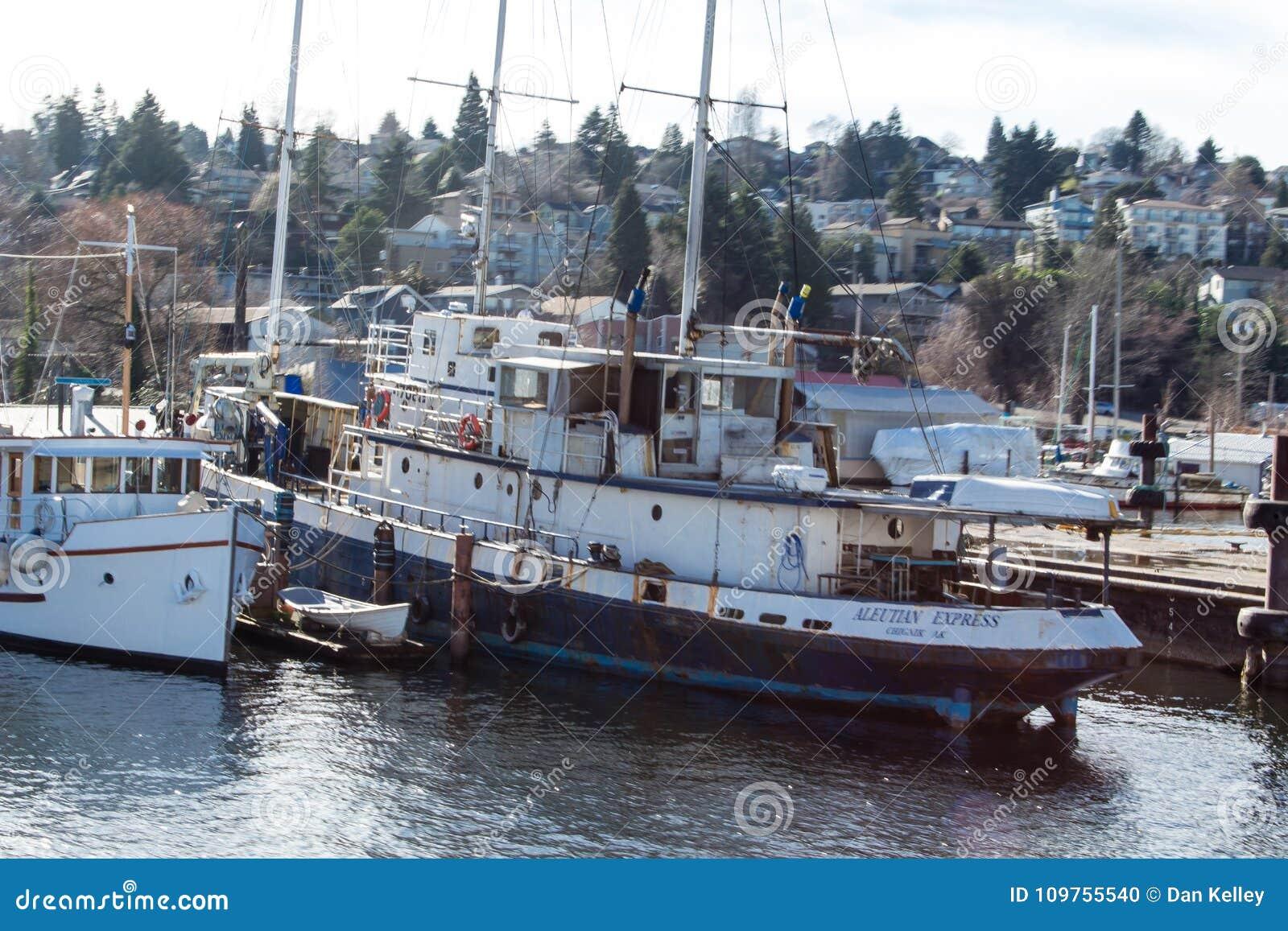 Vintage Tug Boat em Salmon Bay ao lado de Ballard Bridge