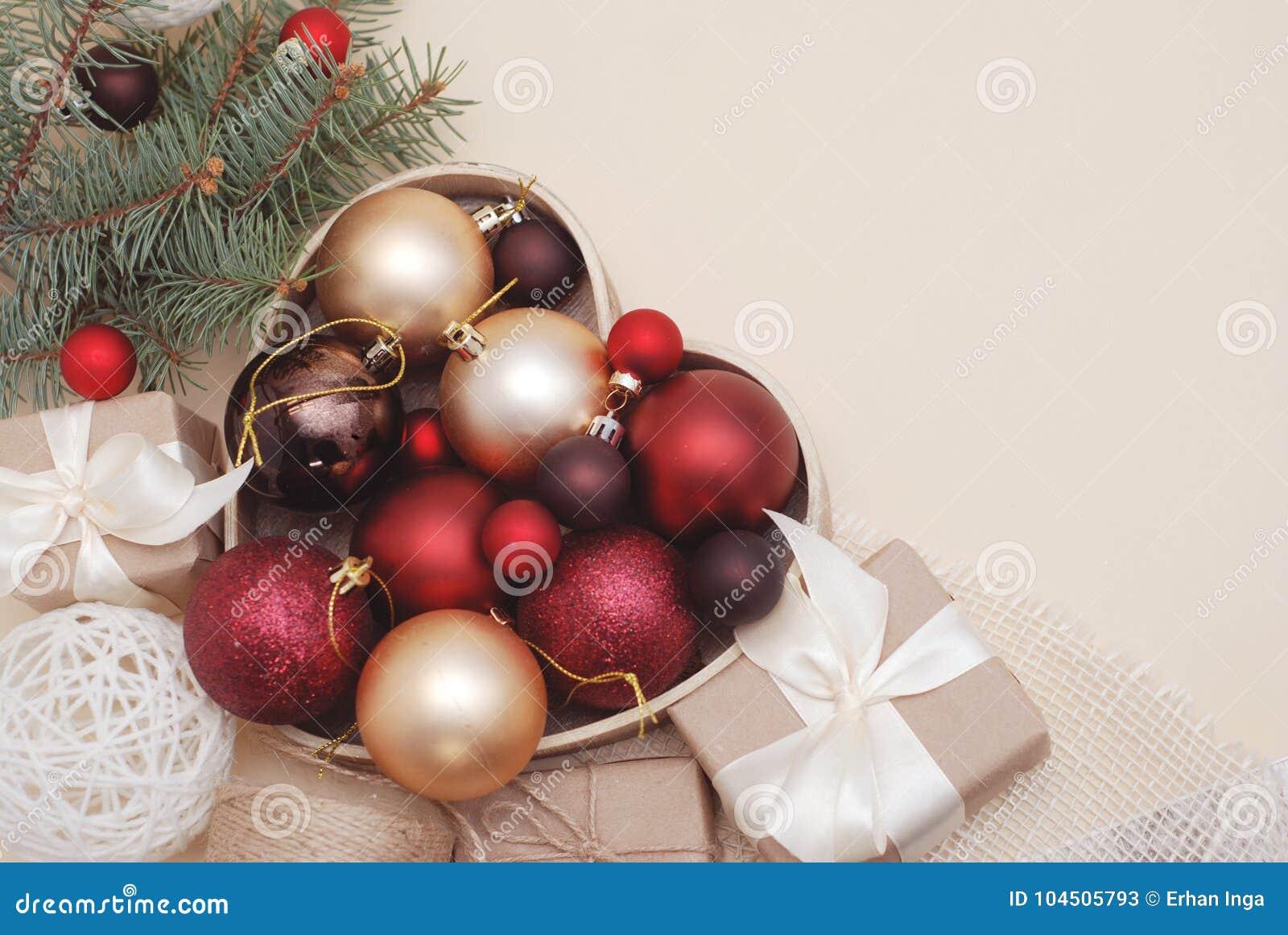 Vinter- eller Cristmas garneringbakgrund - röda filialer för bollmistel- och gräsplangran, gåvaaskar på varmt elfenben