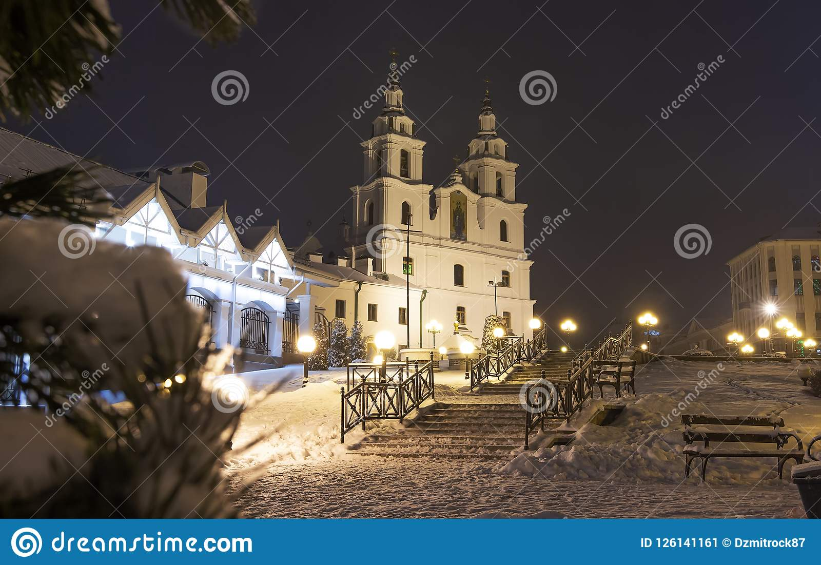 Vinter Minsk på natten Jul i Minsk, Vitryssland Cityscape av Vitryssland huvudstad Berömt kyrkligt ortodoxt torn i mitt av staden