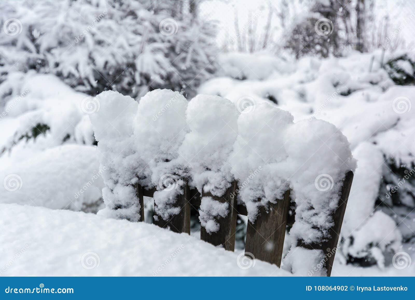 Vinter snöfall i trädgården Tabell och stolar med snö