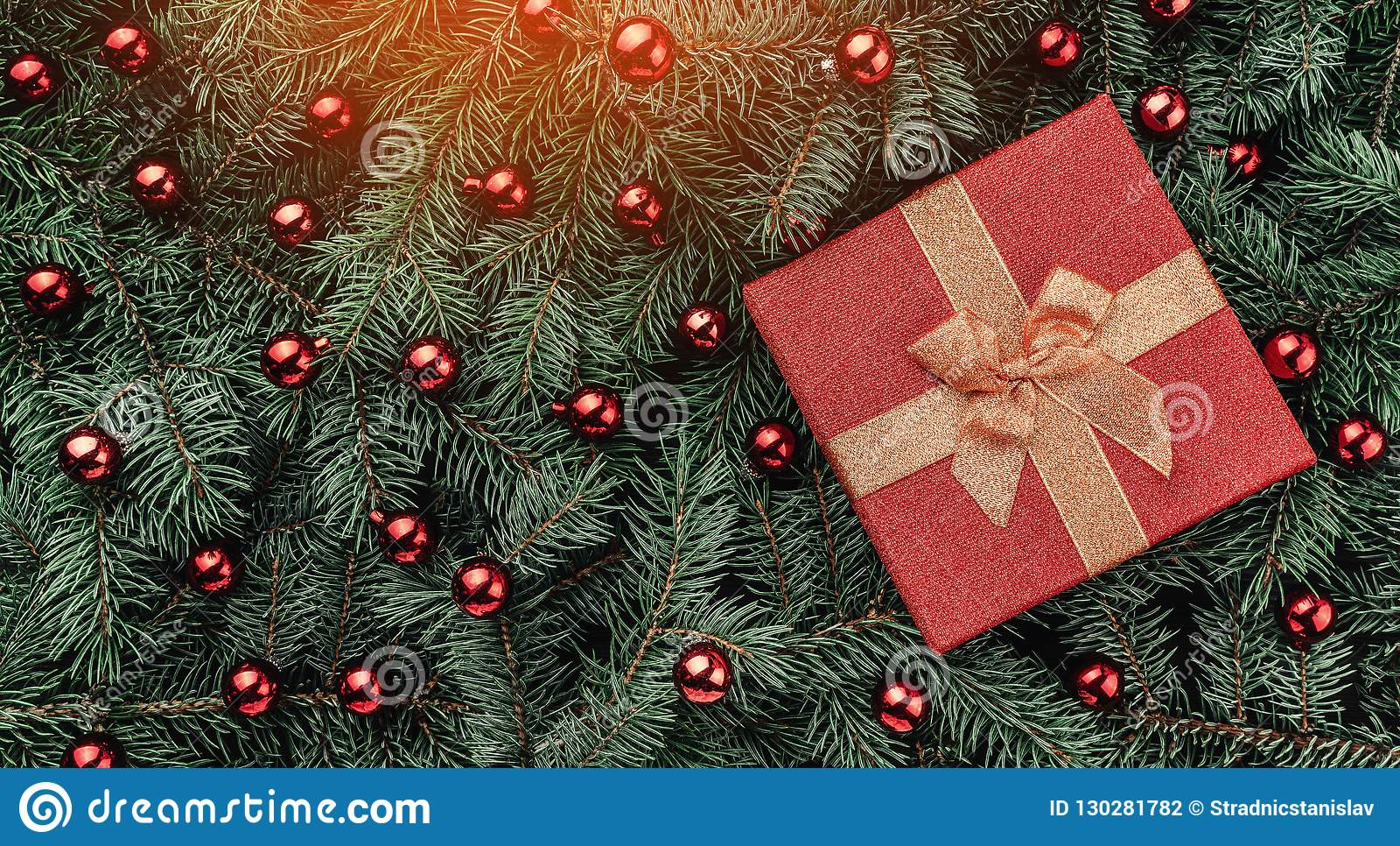 Vinterbakgrund av granfilialer Smyckat med röda struntsaker och gåvan klaus santa för frost för påsekortjul sky Top beskådar Xmas