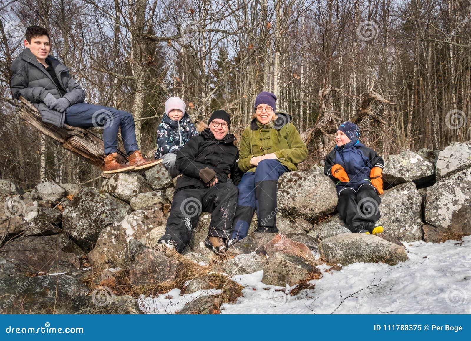 Vinterfamiljstående utomhus