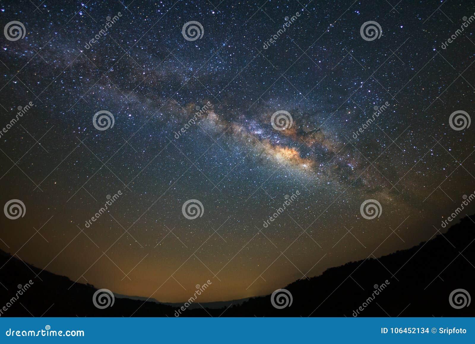 Vintergatan över berget på den Phu Hin Rong Kla nationalparken, Phitsa