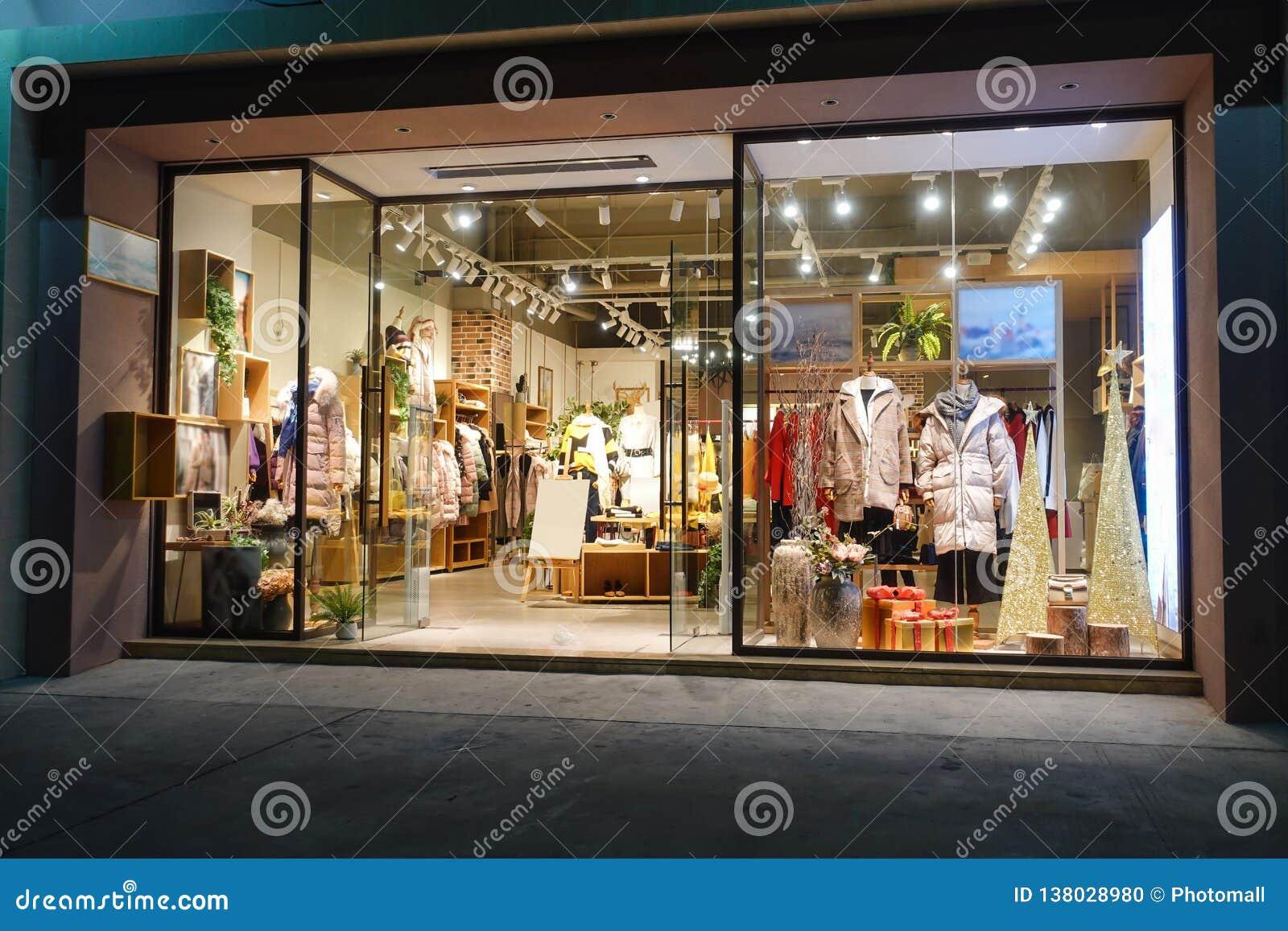 Vinterkläder shoppar fönsterframdelen