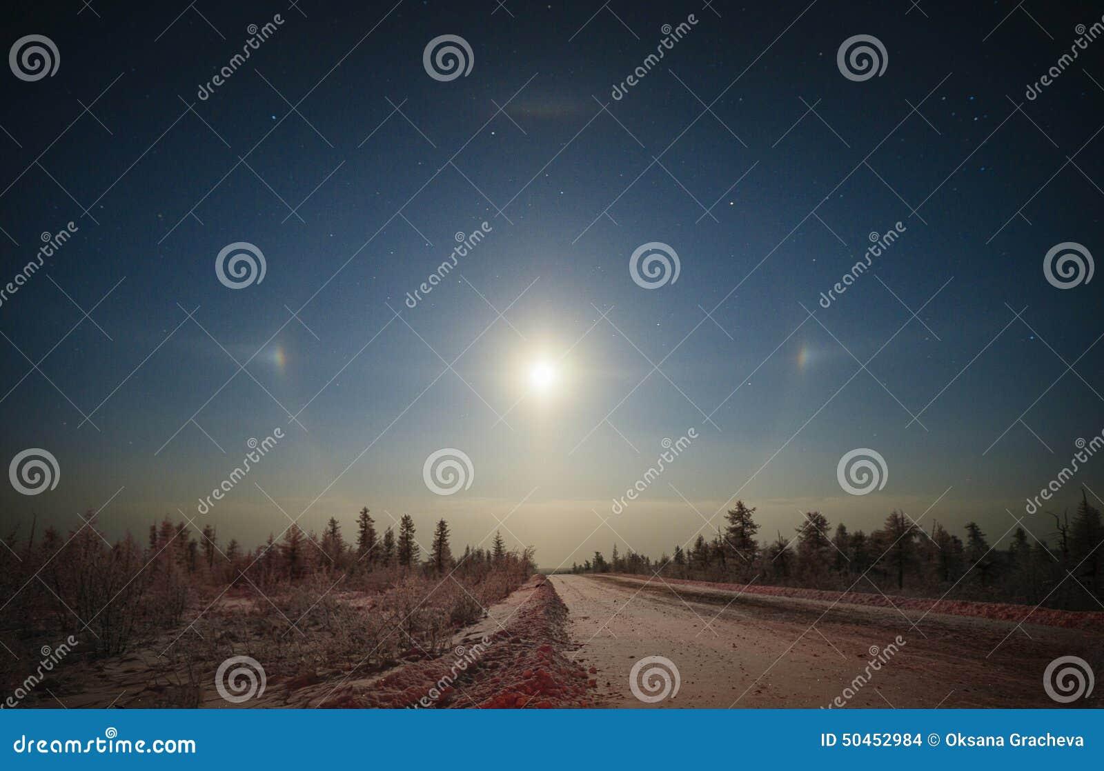 Vinterlandskap med månegloria