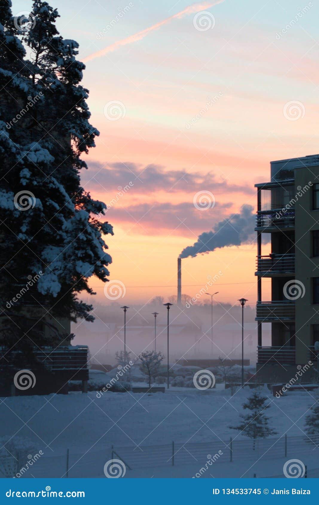 Vintermorgonsoluppgång med lampglaset