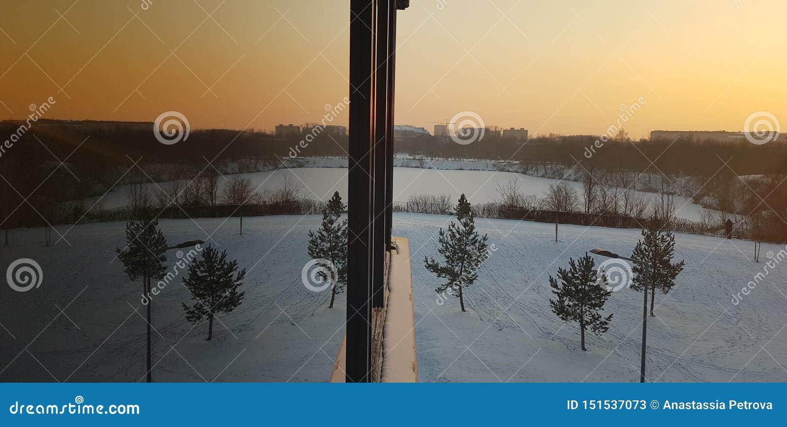 Vinterreflexion på solnedgång