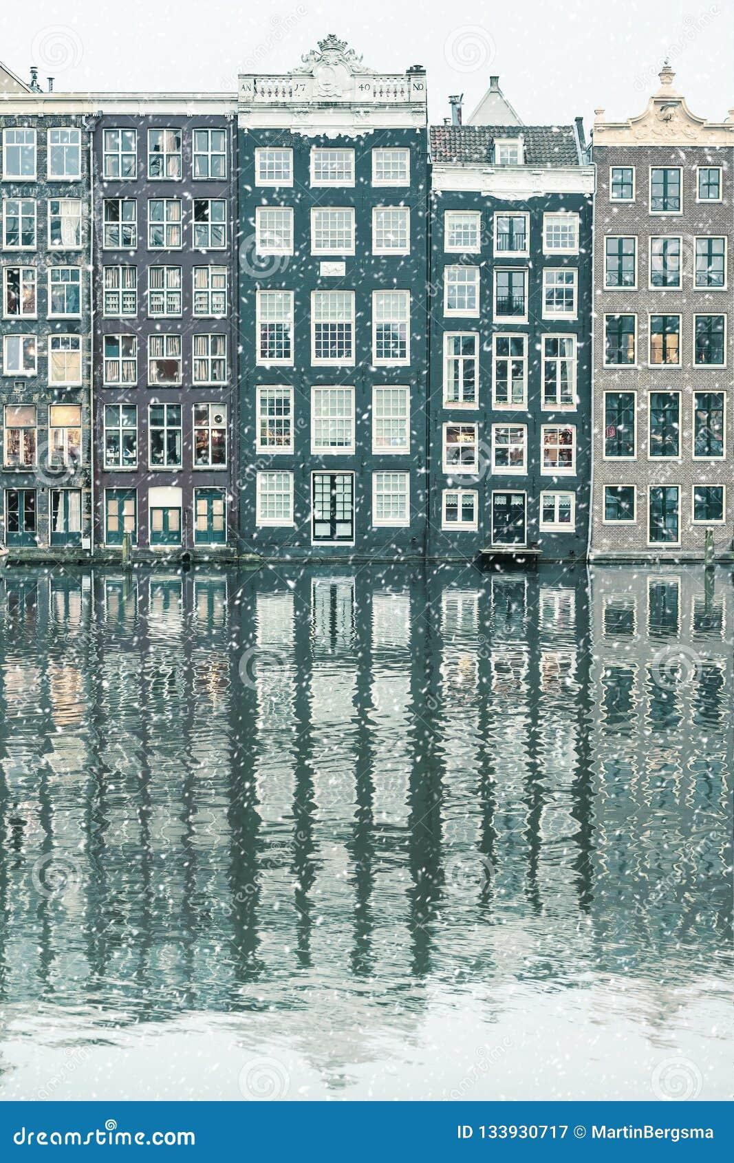 Vintersnösikt av holländska kanalhus i Amsterdam