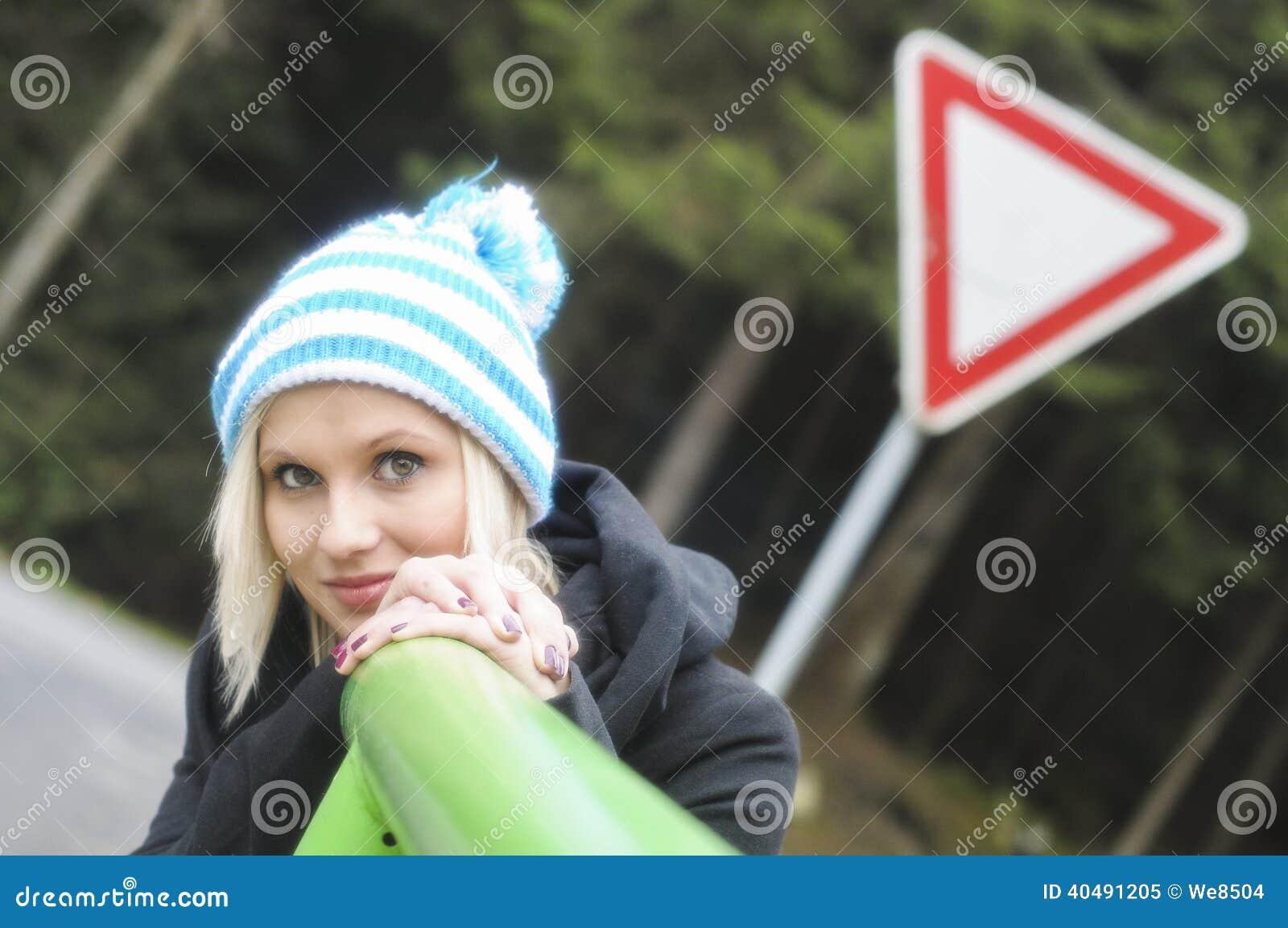 Vinterstående av den härliga le flickan