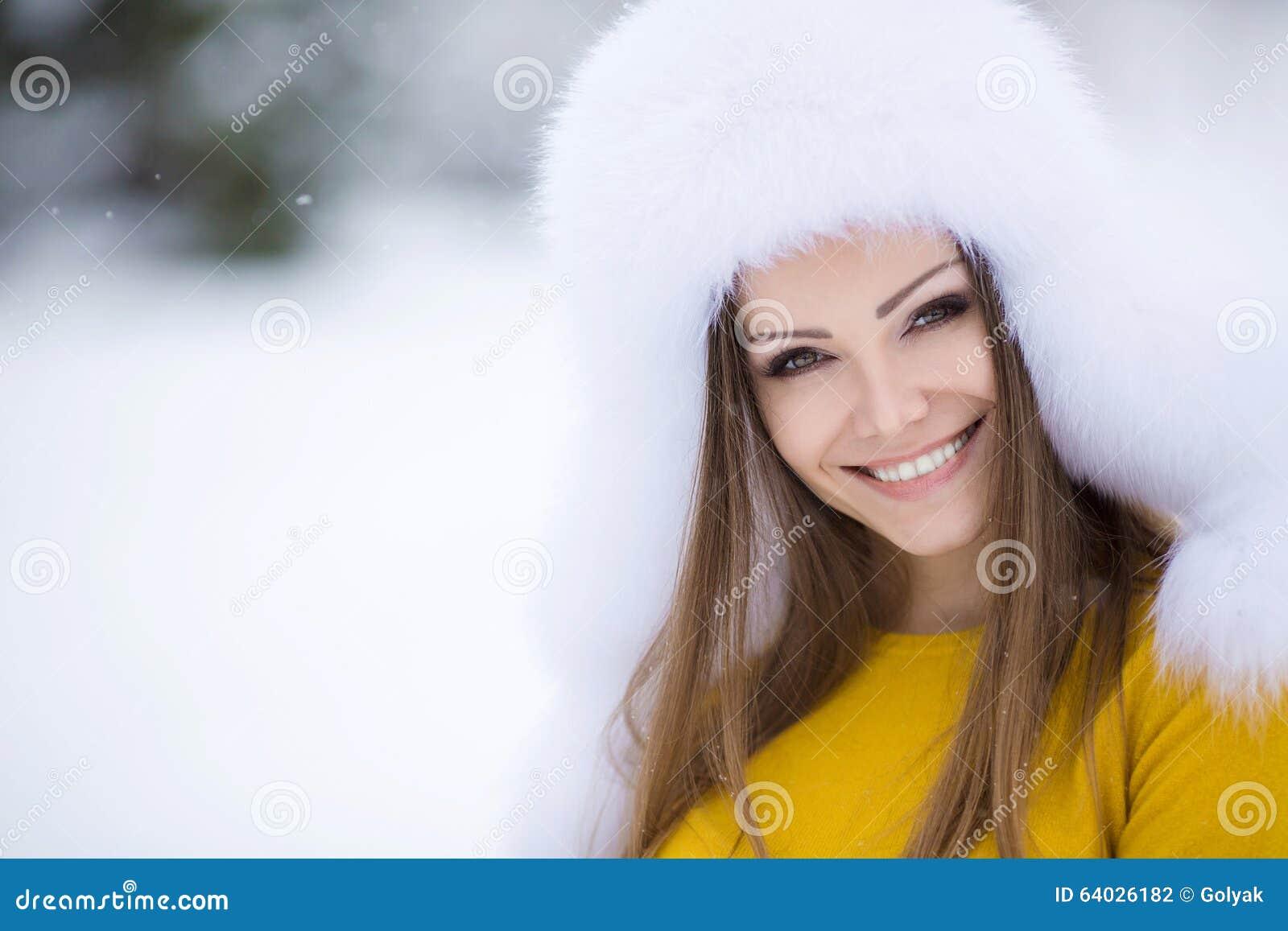 Vinterstående av en mycket härlig kvinna
