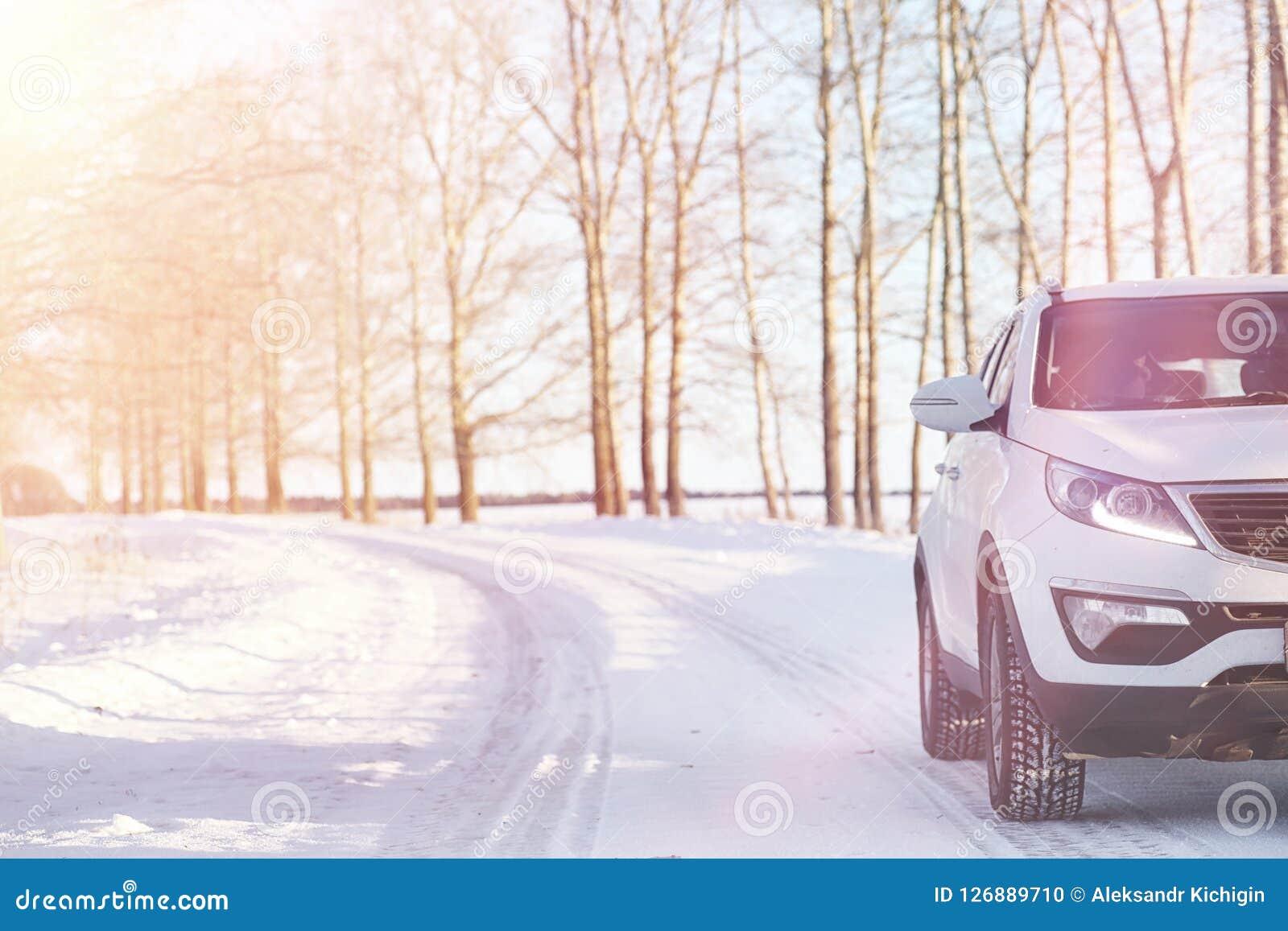 Vinterväg och en bil