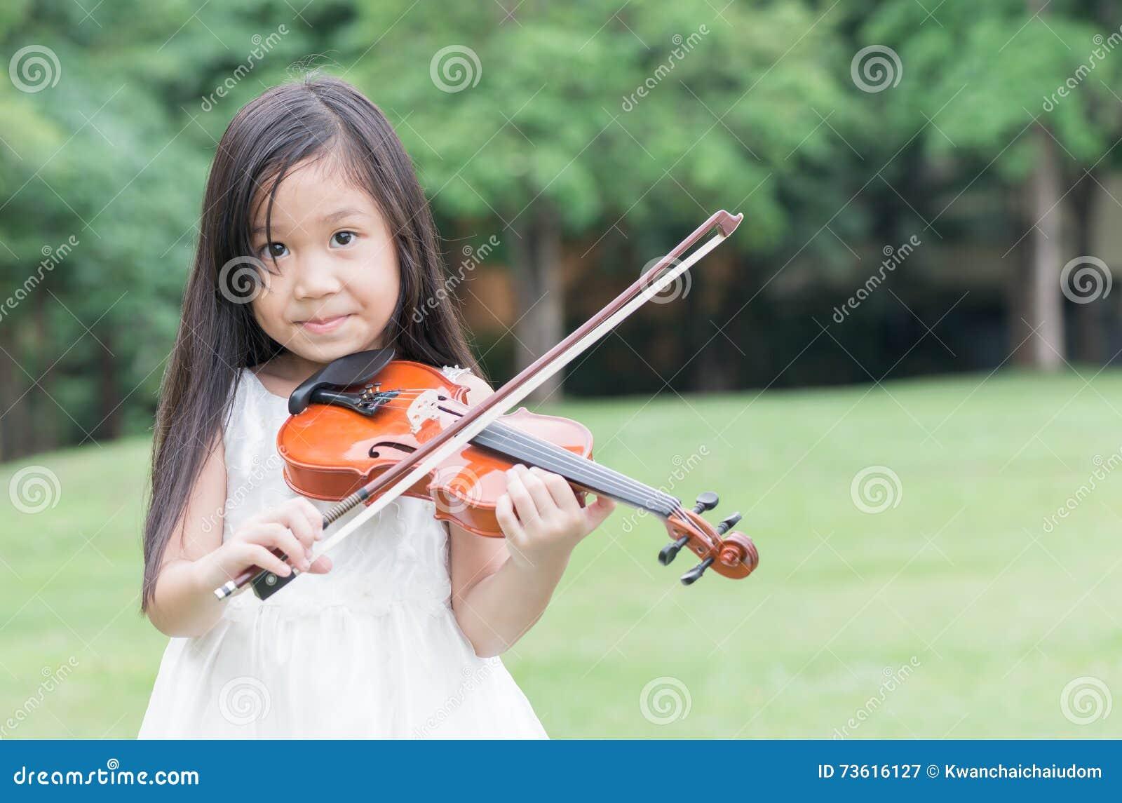 Violín asiático lindo del juego de la muchacha