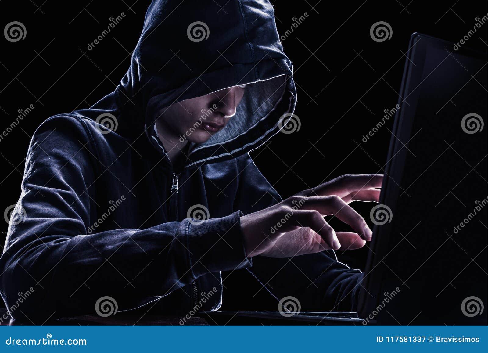 Violazione del concetto di diritti di proprietà intellettuale Pirata informatico in un cappuccio
