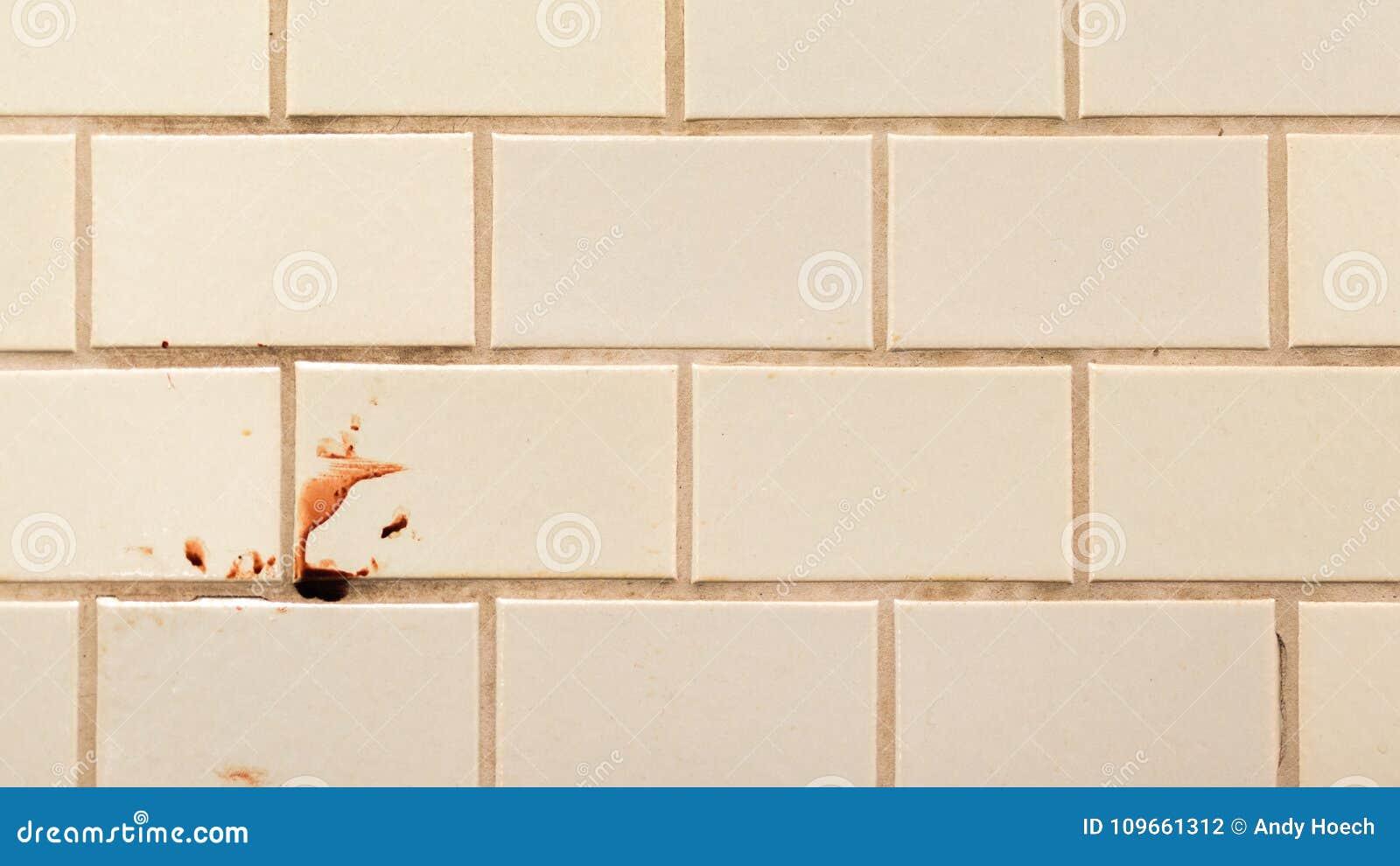 Violence sur le mur carrelé