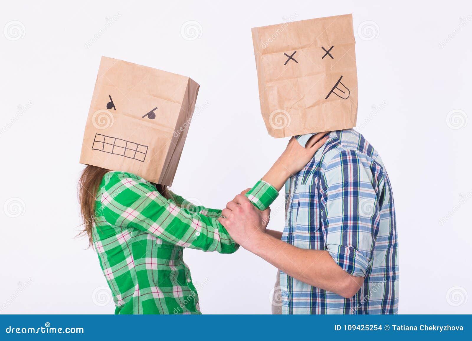 Violencia contra hombre Mujer agresiva con el bolso en la cabeza que estrangula a su hombre Relaciones negativas en sociedad