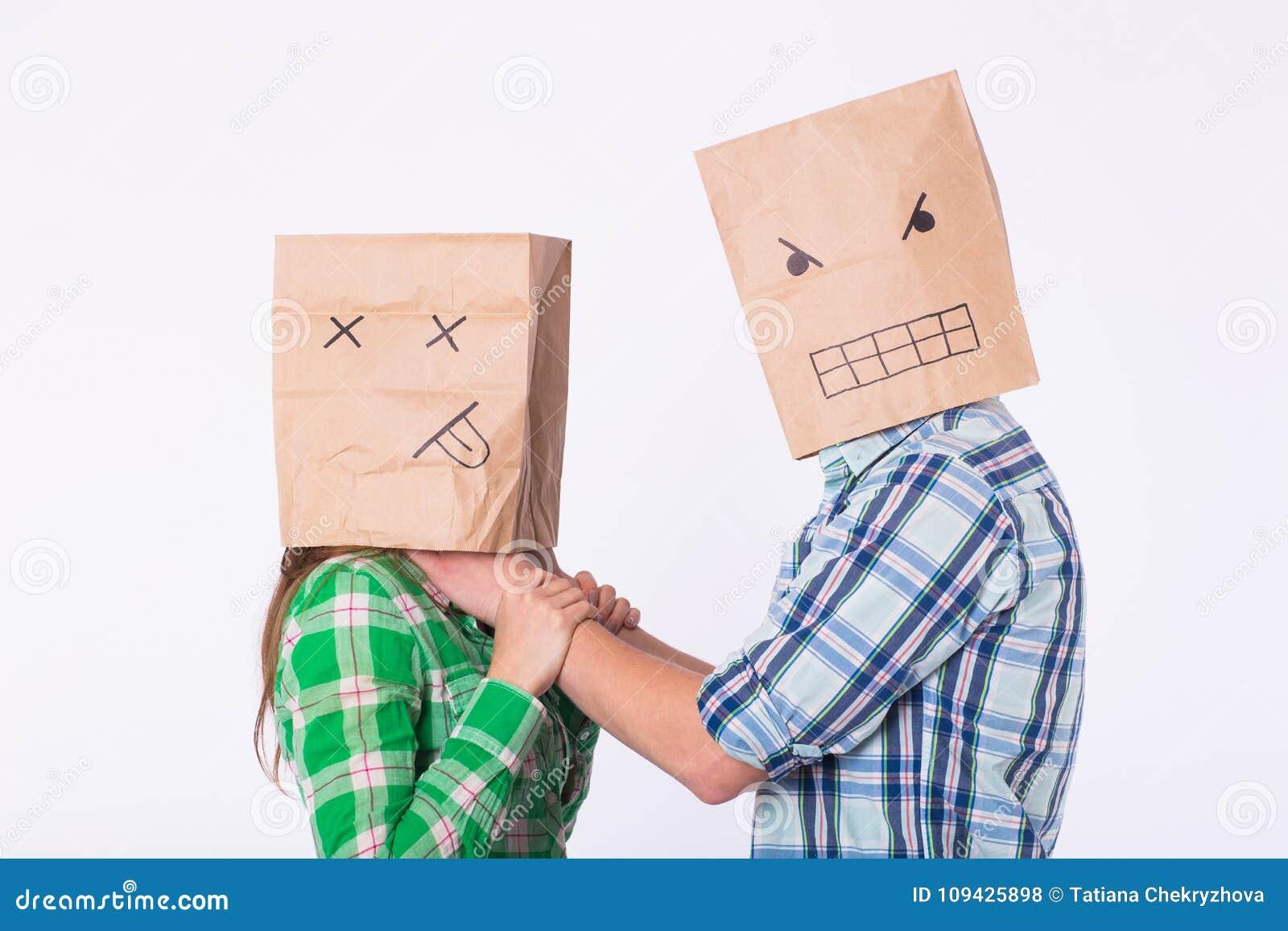 Violencia contra mujer Hombre agresivo con el bolso en la cabeza que estrangula a su mujer Relaciones negativas en sociedad