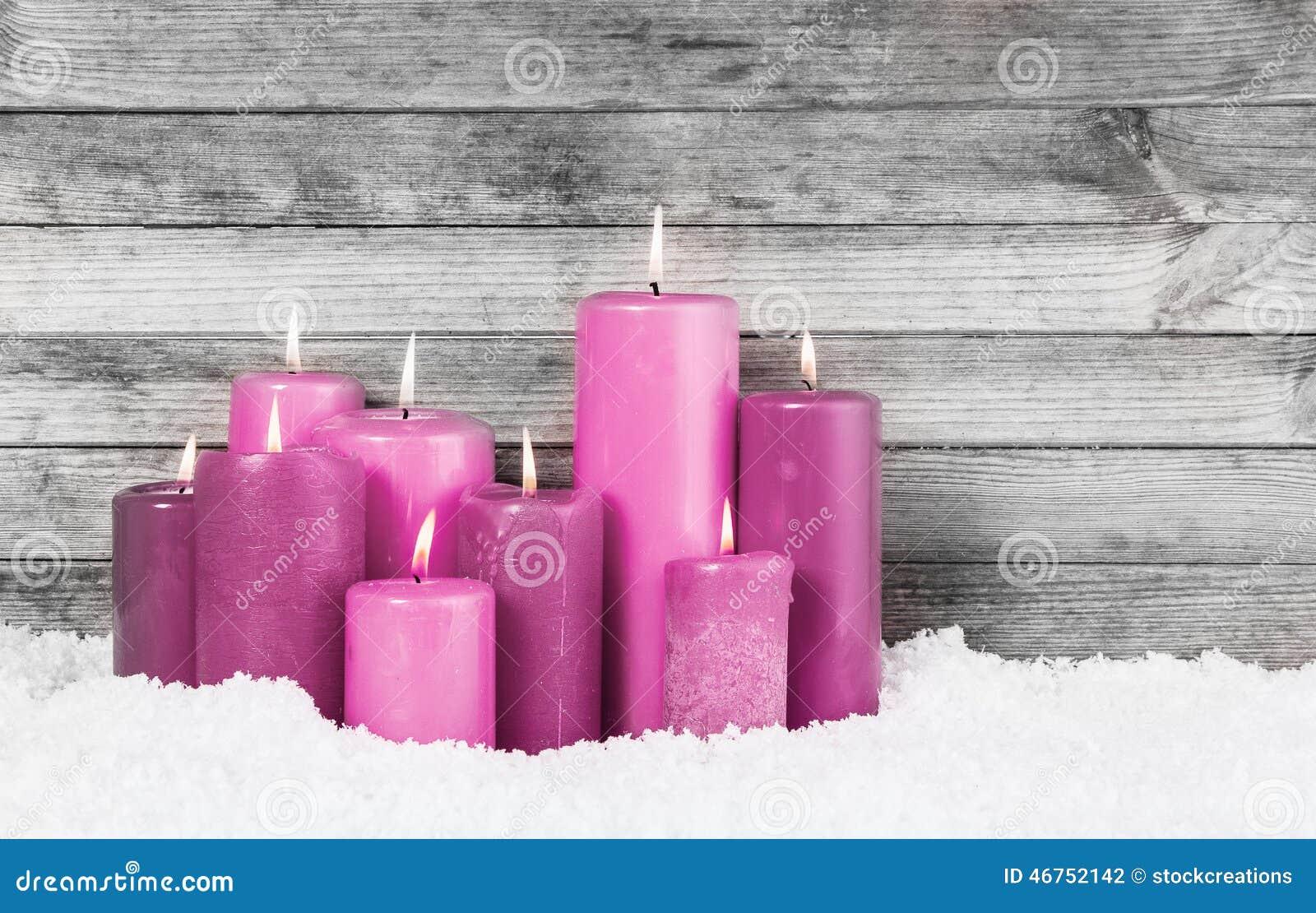 Violet Lighted Candles roja en nieve