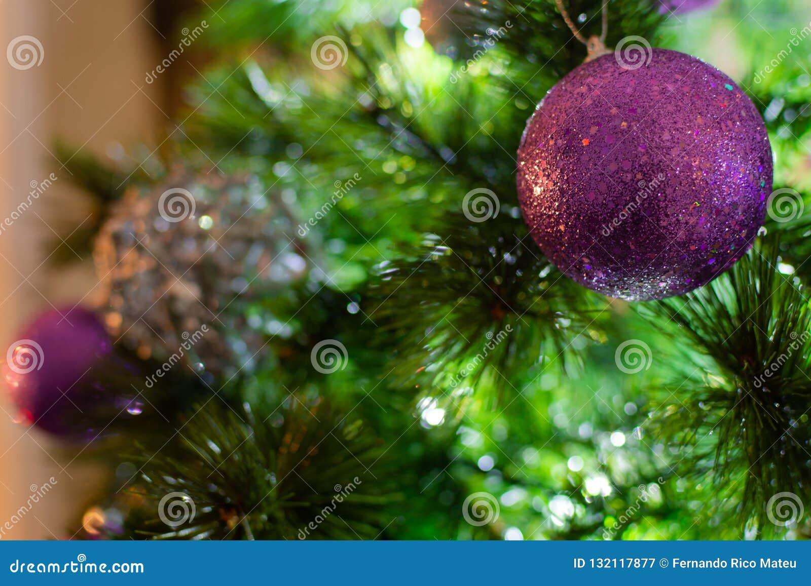 Violet Purple und silberne Weihnachtsbälle auf Baum in einem Winter sce