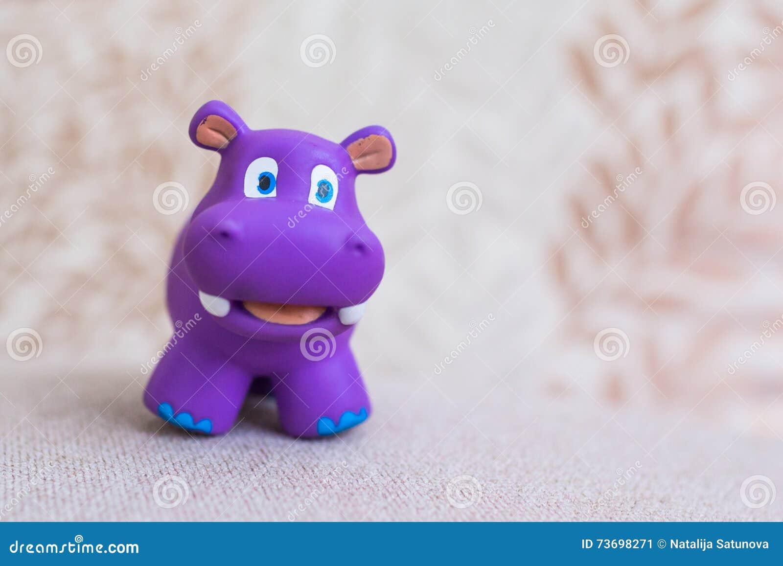 Violeta de sorriso do brinquedo do hipopótamo