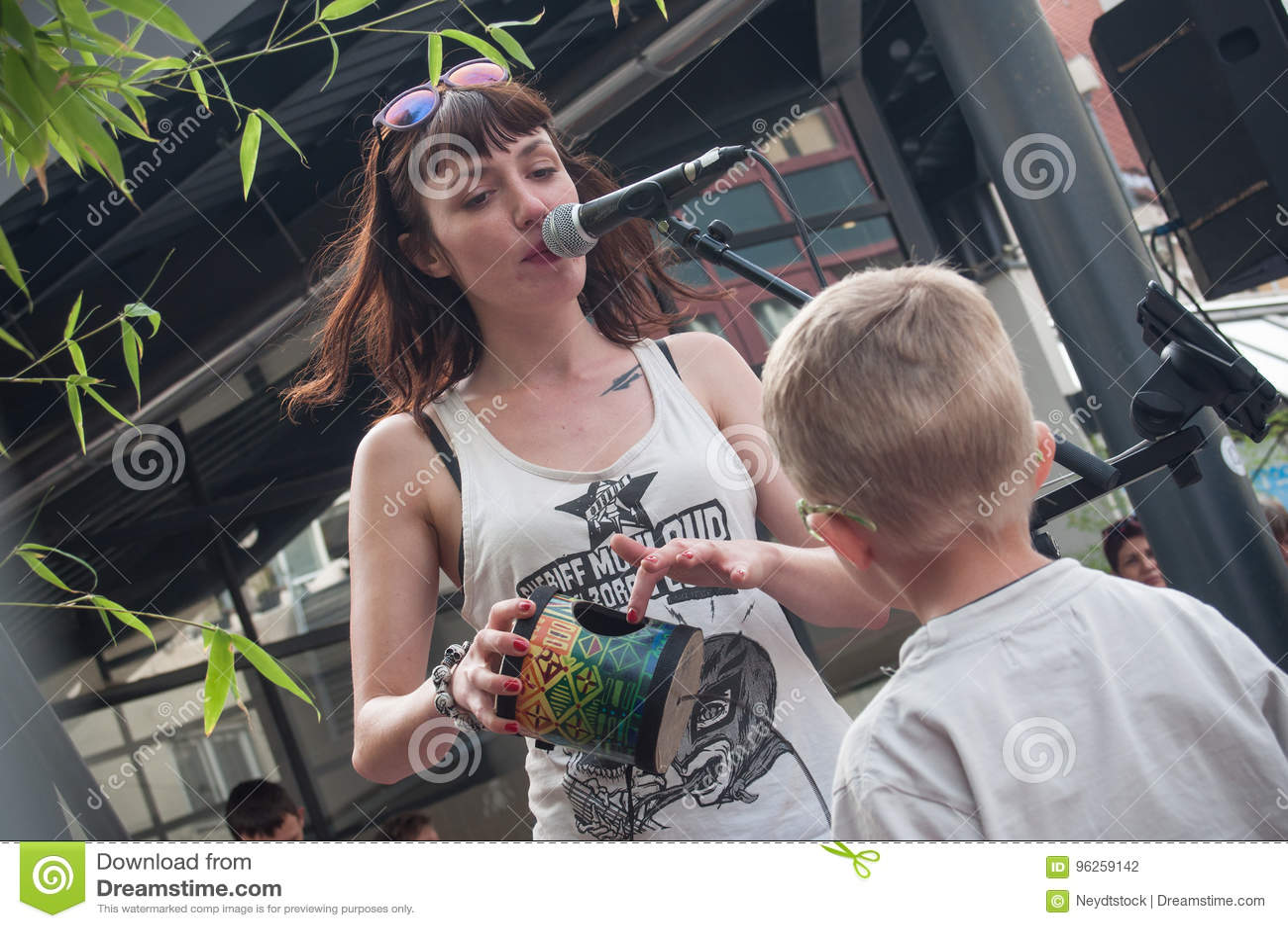 Violette Deadwood med barnet från allmänhet under gataplatsfestivalen