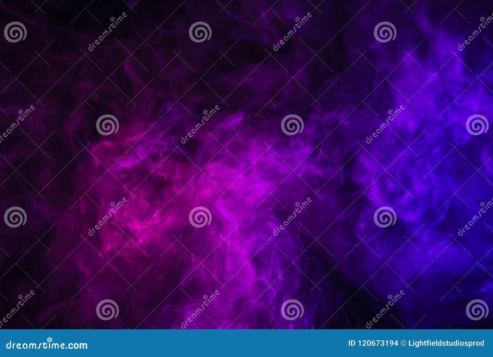 Violette rook op zwarte achtergrond