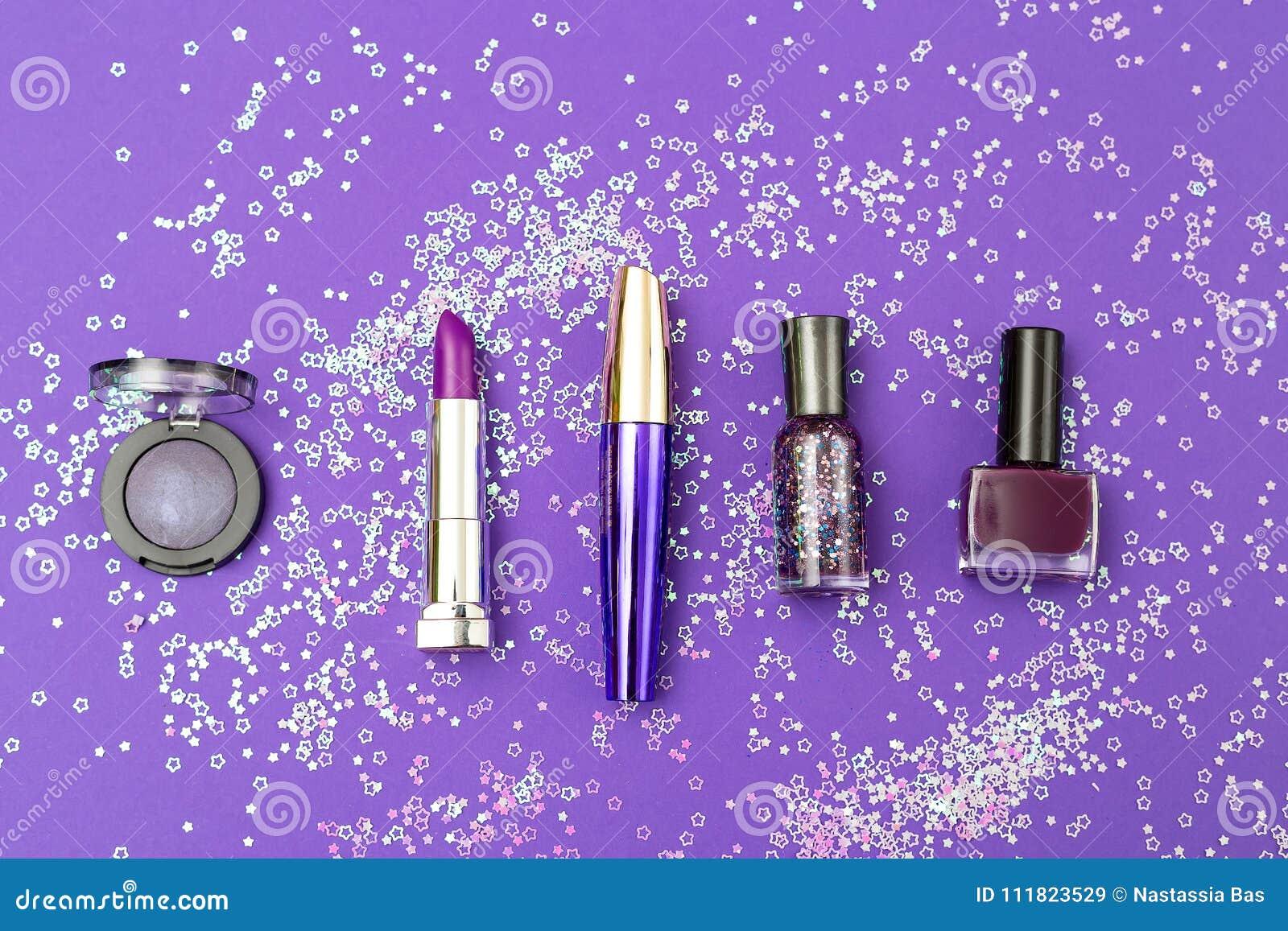 Violette schoonheidsmiddelen op een ultraviolette achtergrond met lovertjes in o