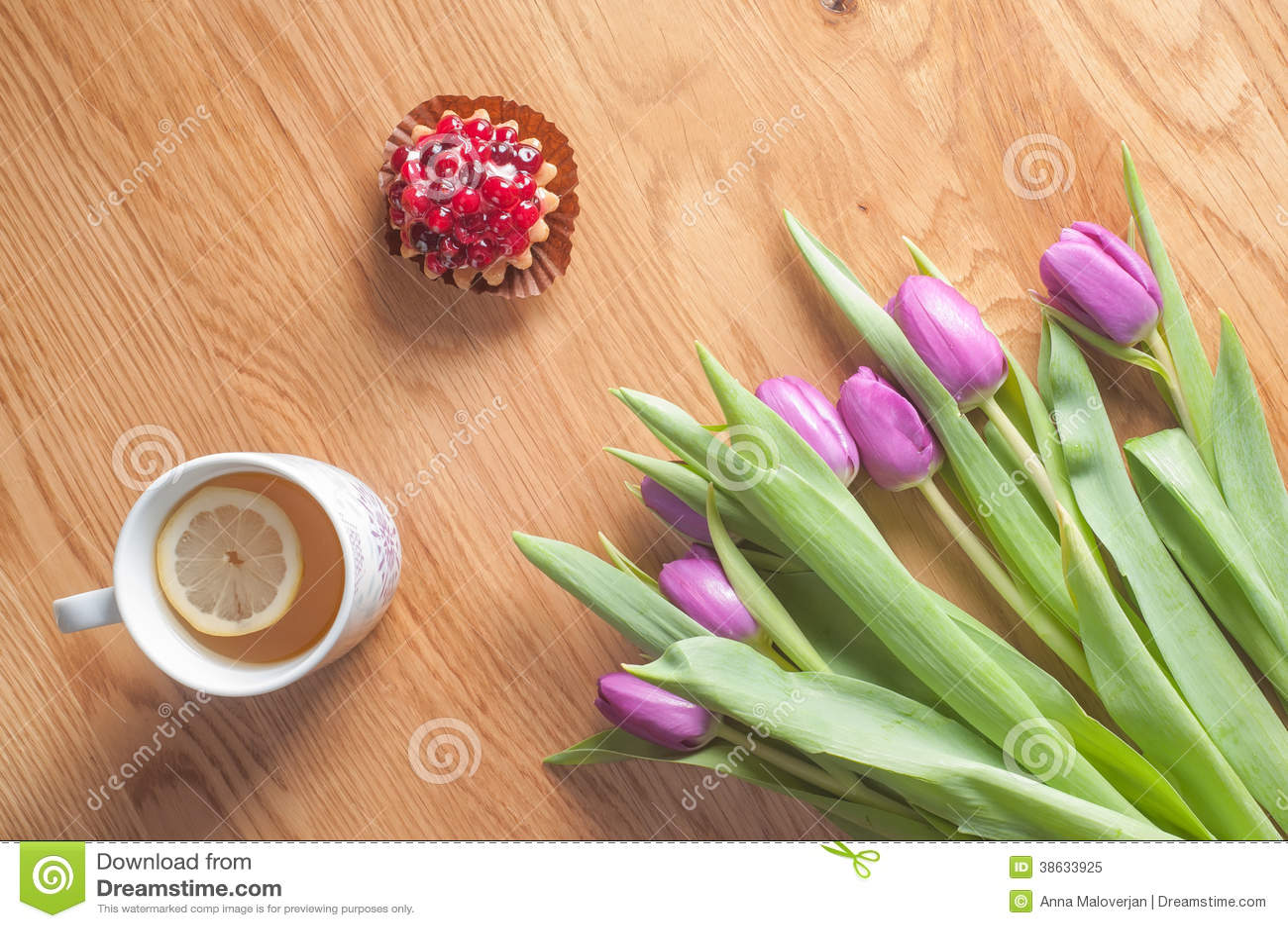 Download Violette Tulpen, Kuchen Und Tee Auf Dem Holz Stockbild   Bild Von  Blumenblatt,