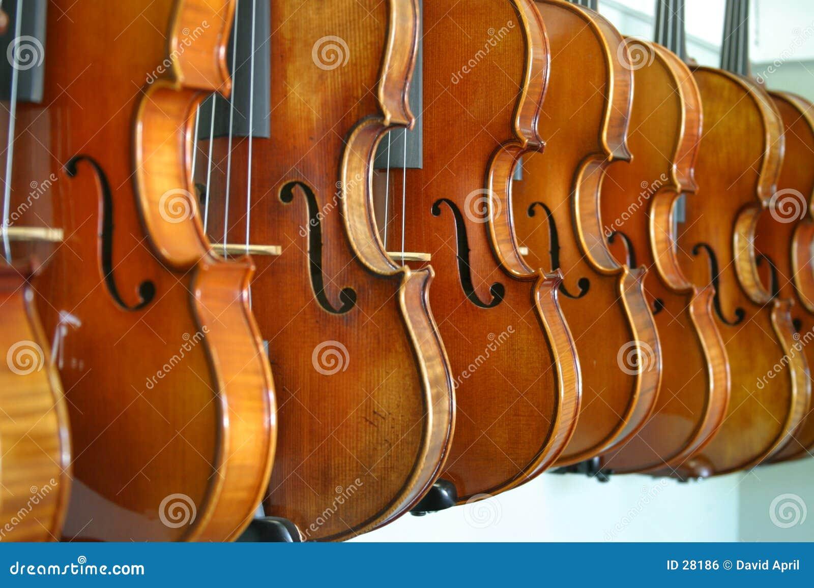 Download Violines colgantes foto de archivo. Imagen de artesanía - 28186