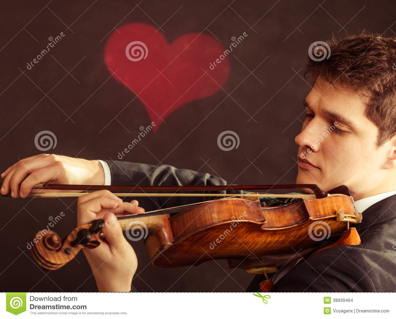 Violinista del hombre que toca el violín. Arte de la música clásica