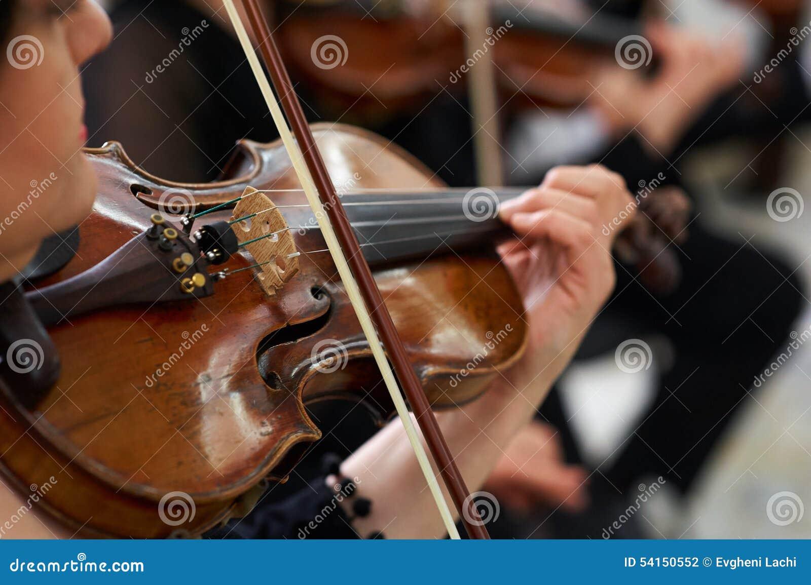 Violinista Playing Classical Violin das mulheres