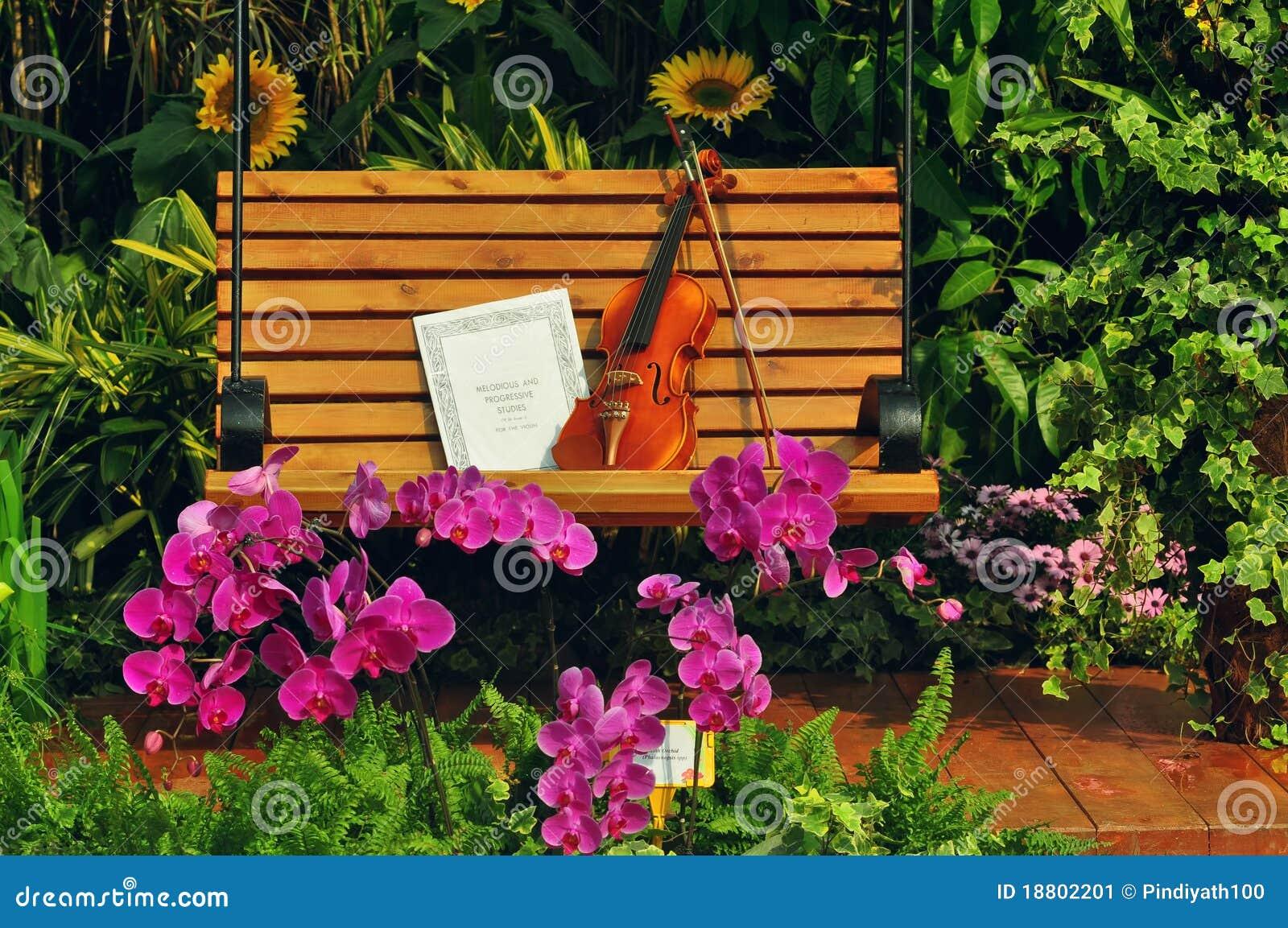 Violino e nota musicale sul banco